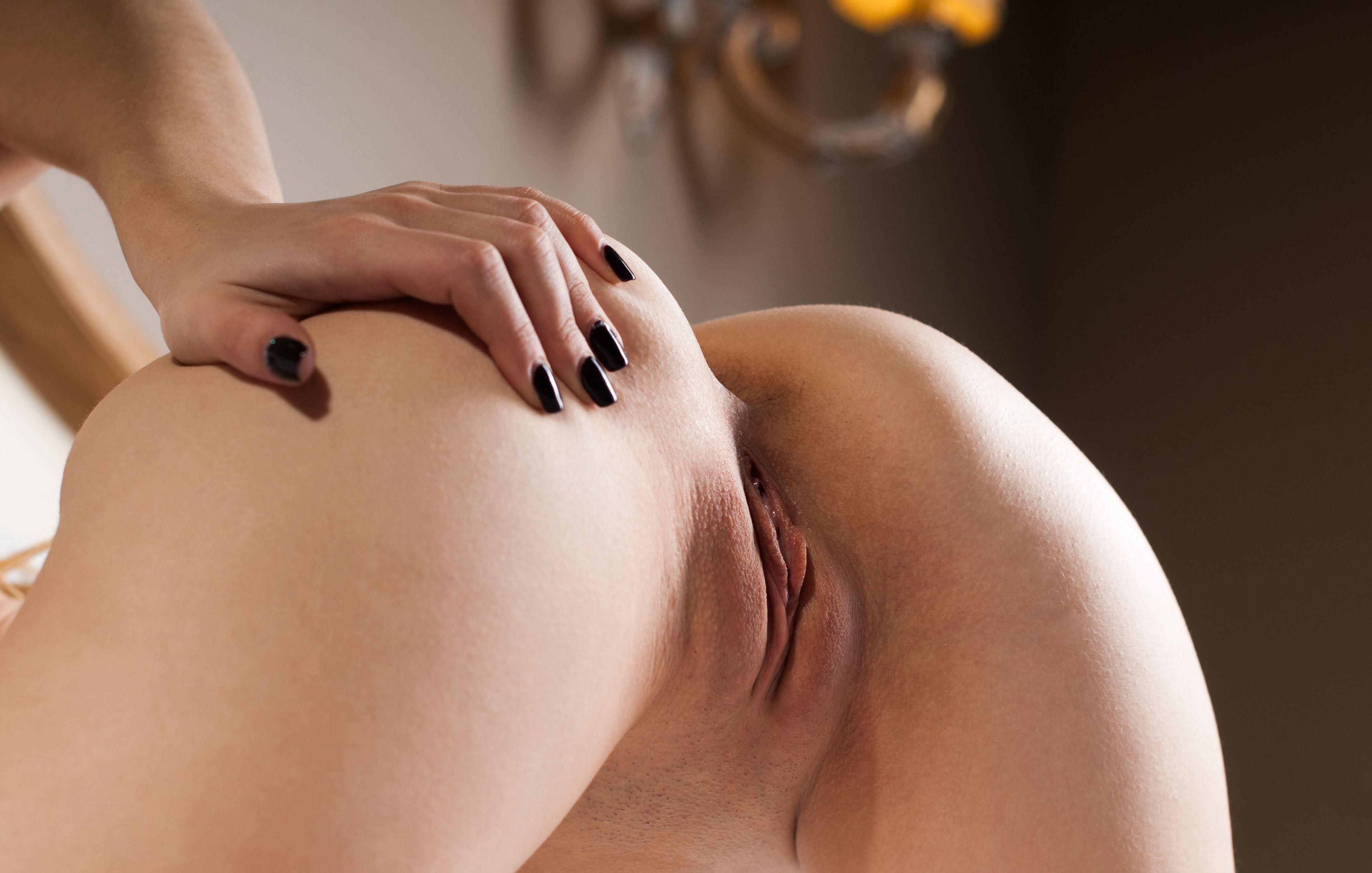 Фото Рука гладит голую попку, бритая киска, половые губы, щелка, сладкие дырки, скачать картинку бесплатно