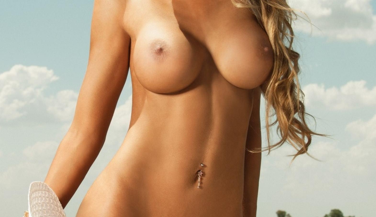 Фото Голая загорелая девушка, круглые сочные сиськи, пирсинг в пупке, облака, красивый животик, блондинка, скачать картинку бесплатно