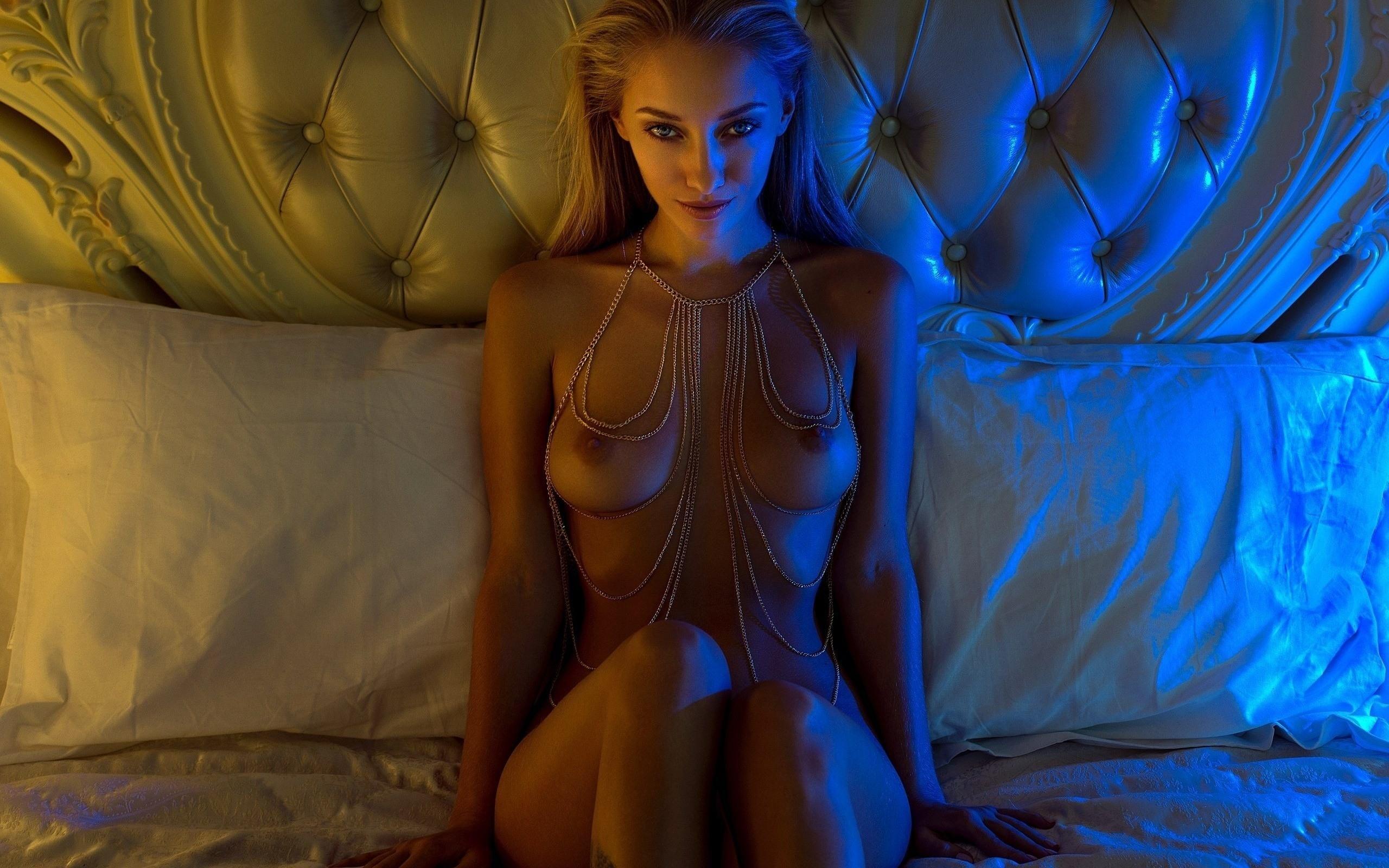 Фото Соблазнительная девушка голышом в постели, красивая натуральная грудь, сексуальный взгляд, бусы, скачать картинку бесплатно