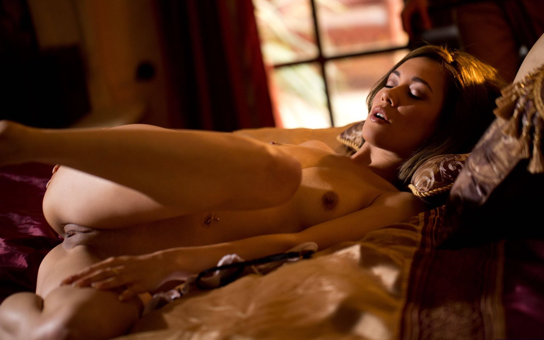 Фото Возбужденная голая девушка в мягкой постели задирает ножку, нежная пися, скачать картинку бесплатно