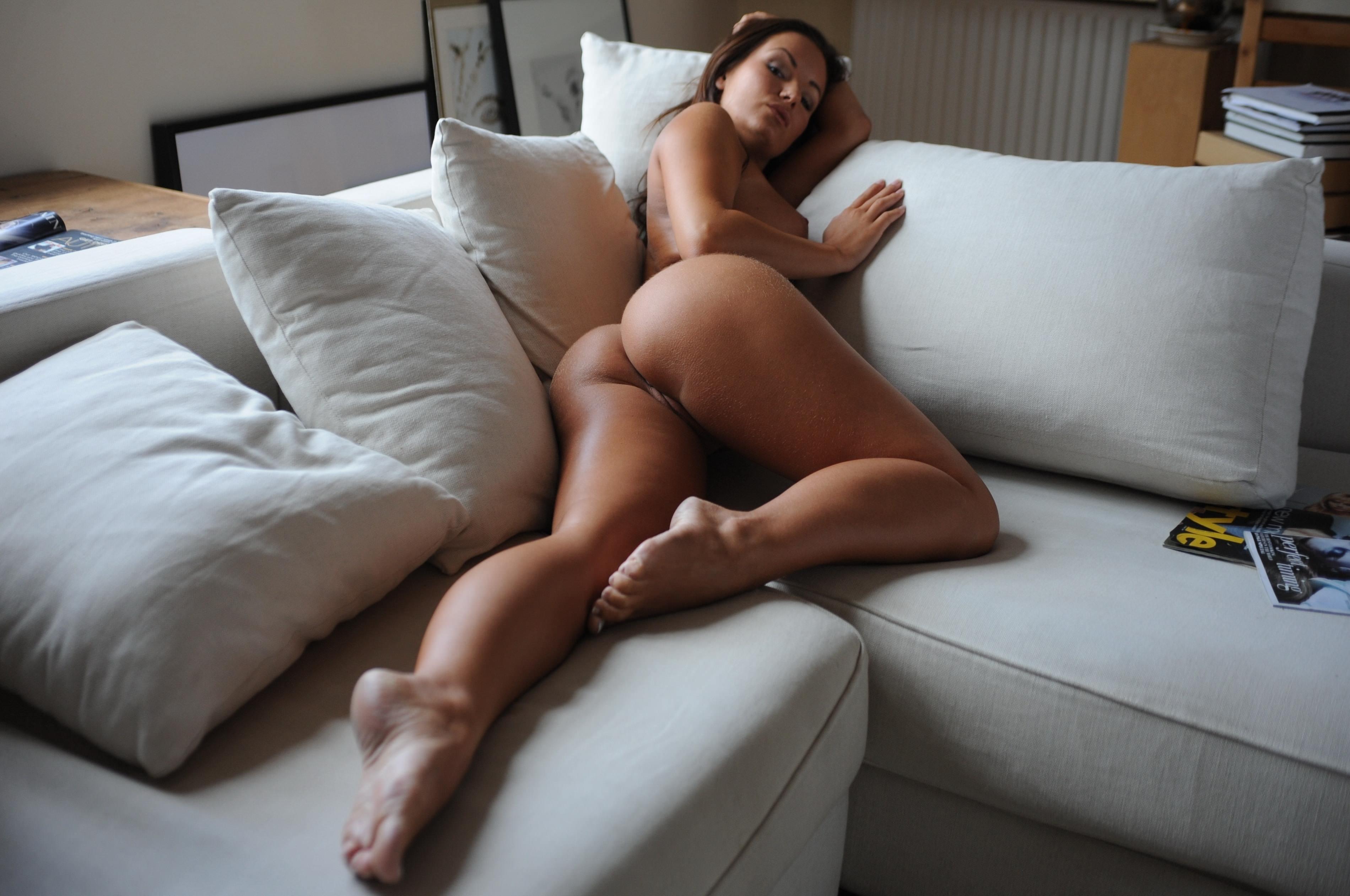 Фото Голая девушка на диване с подушками, сочная задница, скачать картинку бесплатно