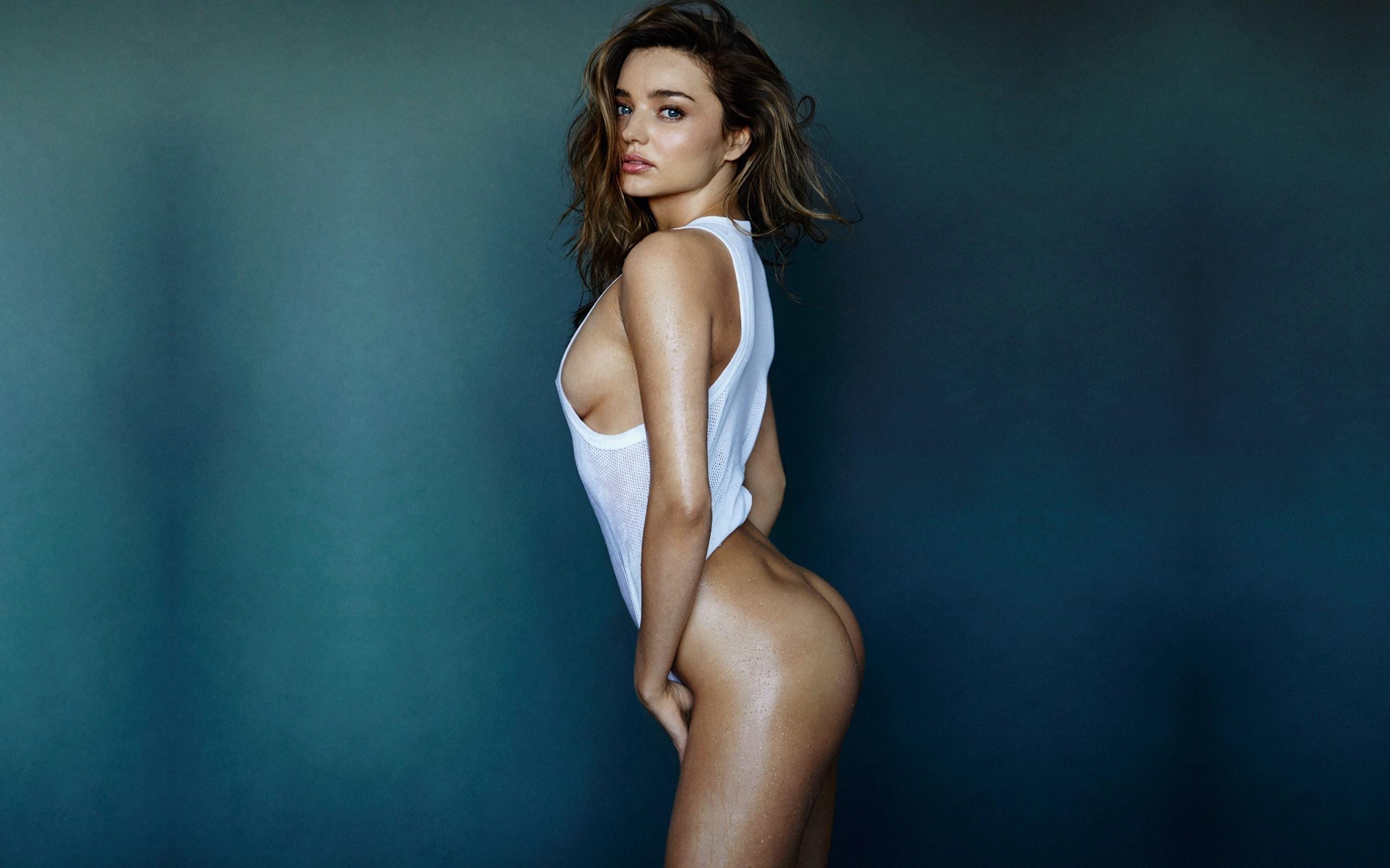 Фото Миранда Керр в белом купальнике, голая попка, красивая девушка в сексуальной позе стоя, скачать картинку бесплатно