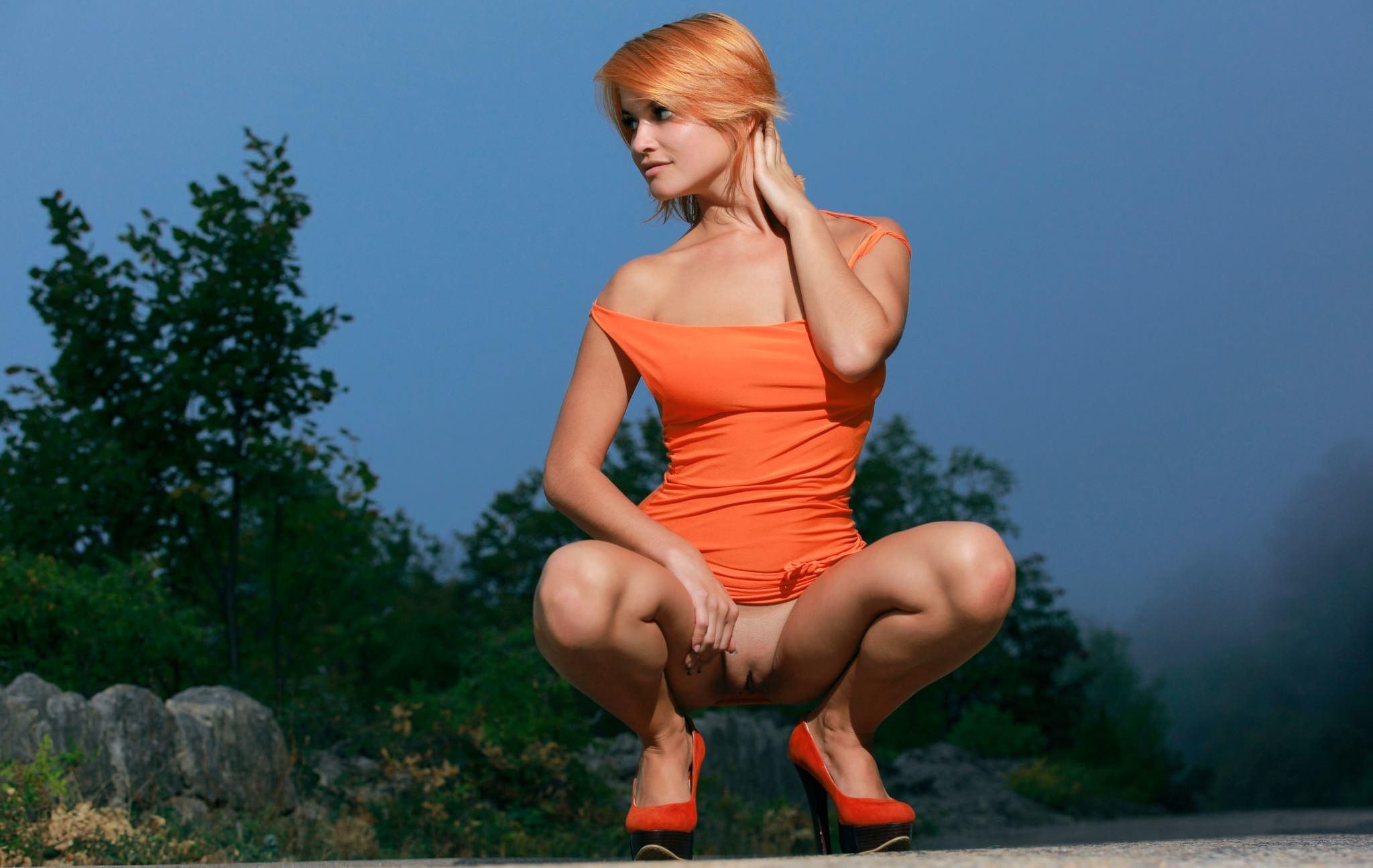 Массаж женщина села на корточки в трусах знаменитая