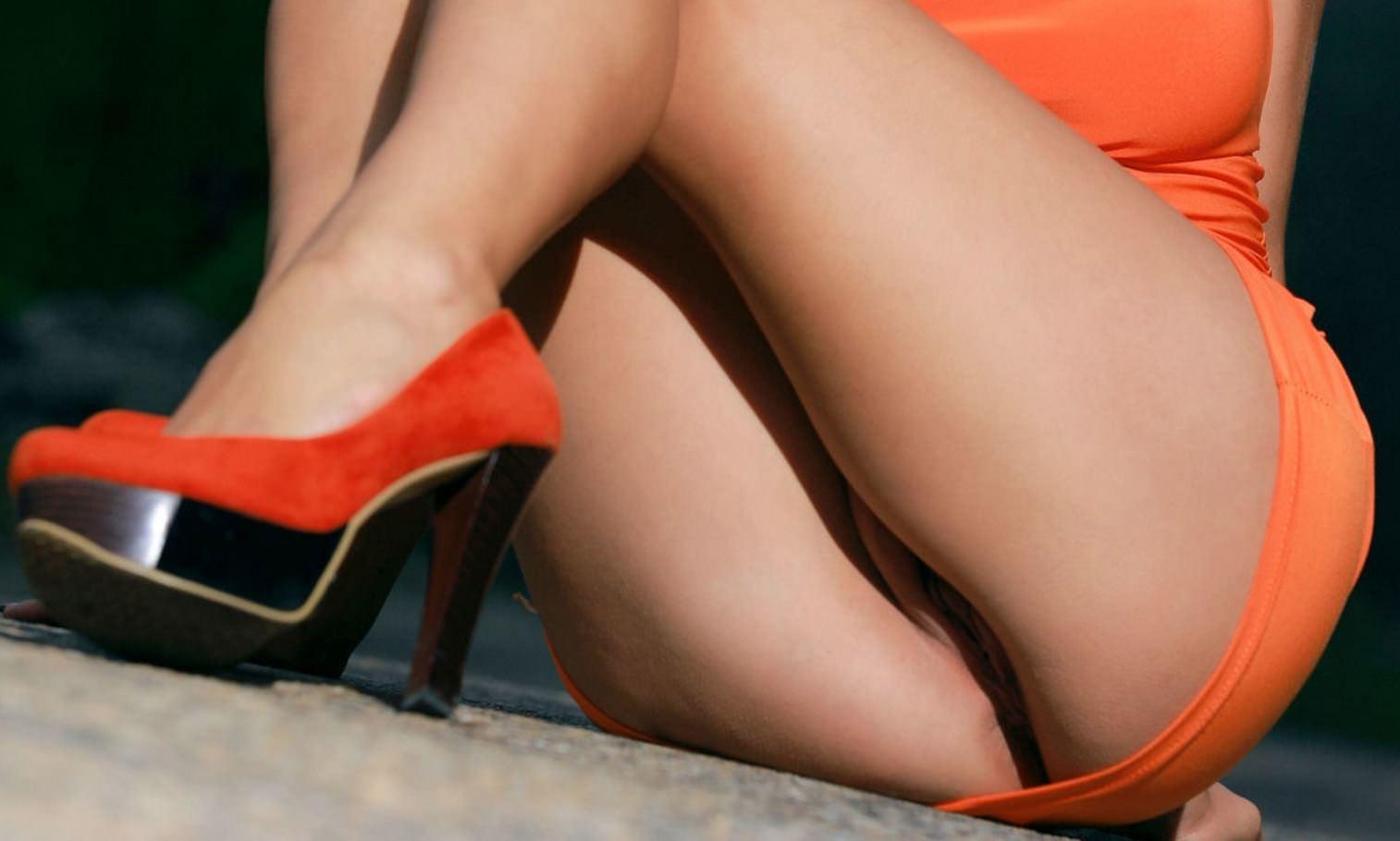 Фото Сексуальные ляжки, девушка в оранжевом платье без трусиков села на асфальт, каблуки, пися, попа на полу, сладкая пизда, скачать картинку бесплатно