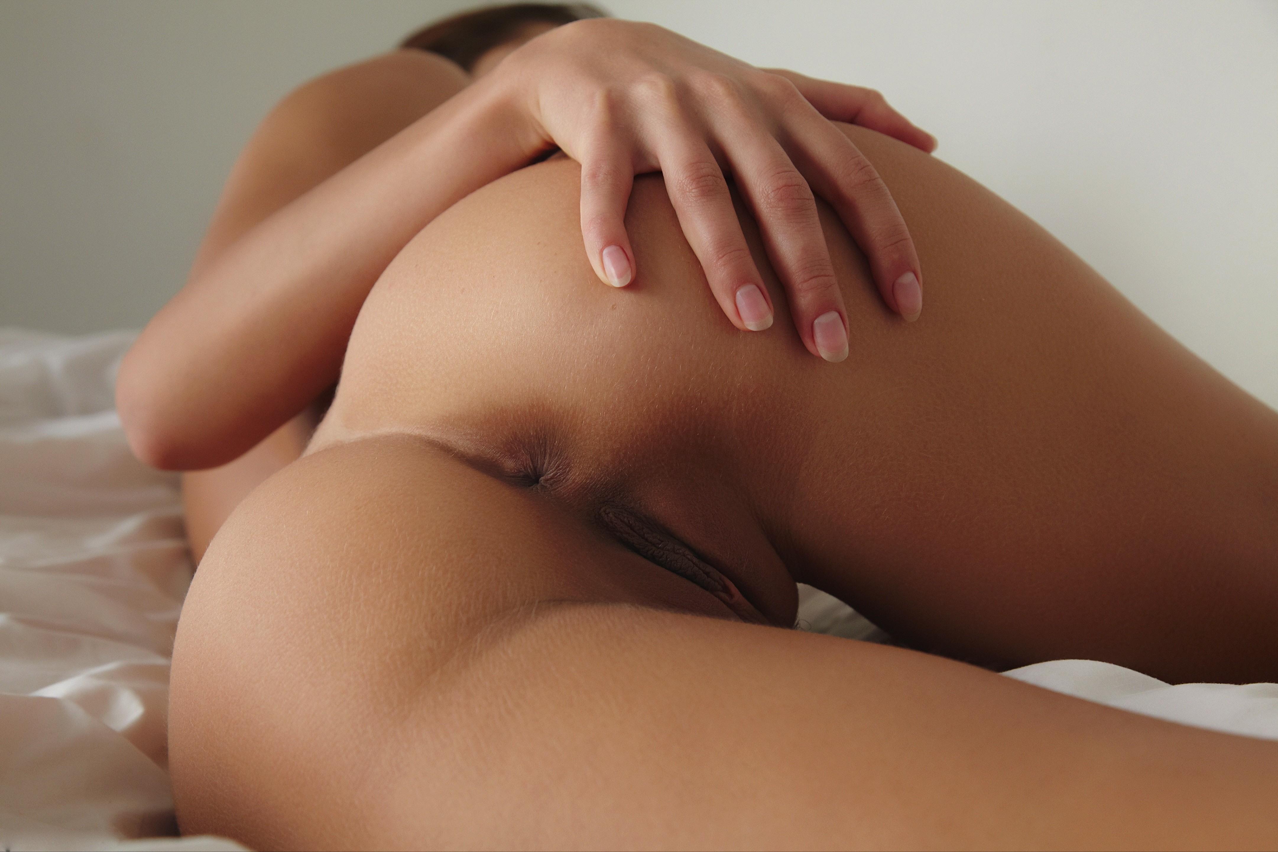 Фото Голая девка, постель, упругая сексуальная попка, рука на попе, пизда, дырочки, бедра, скачать картинку бесплатно