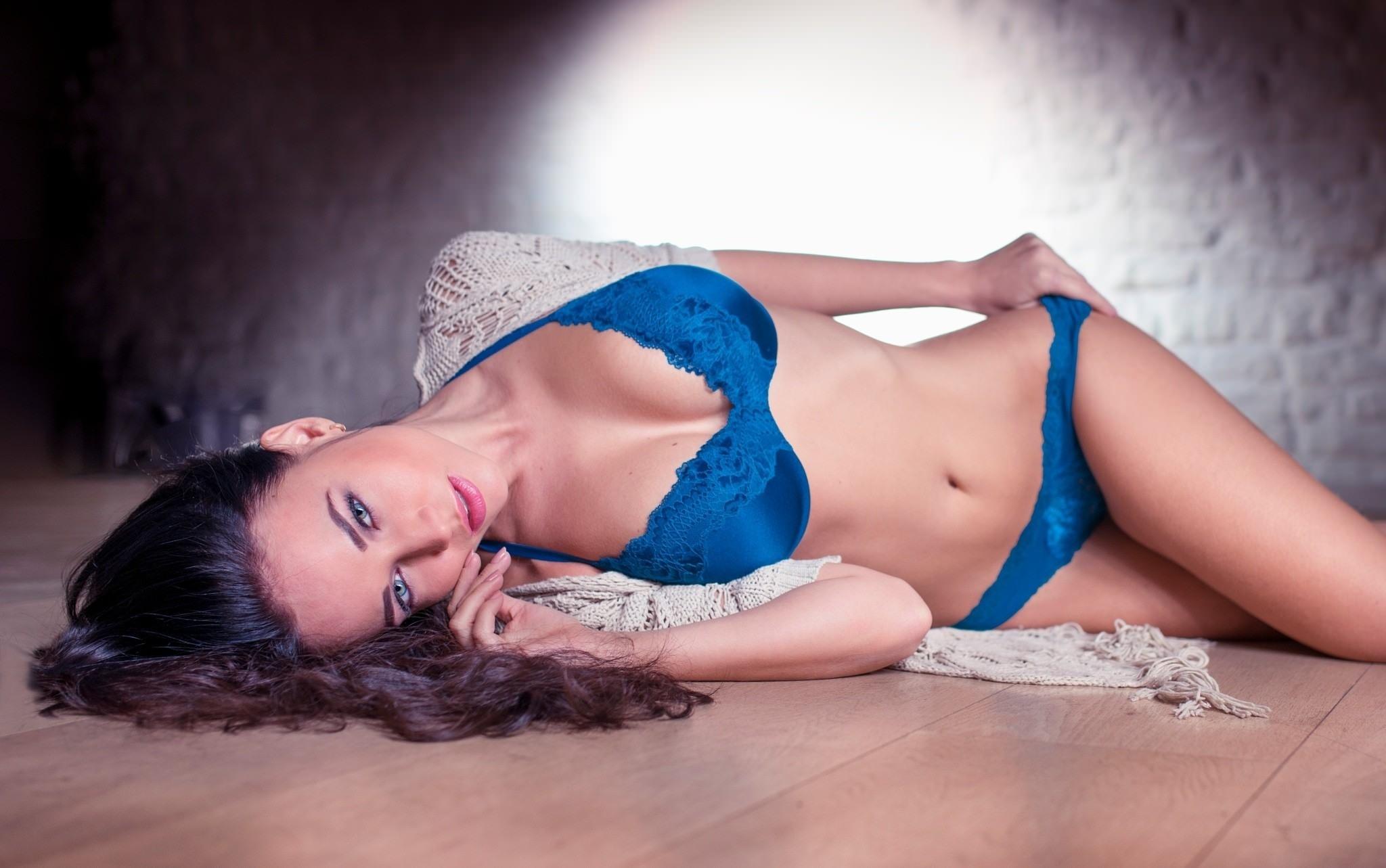 Фото Красивая девушка в синем нижнем белье на полу, красивое тело, паркет, скачать картинку бесплатно