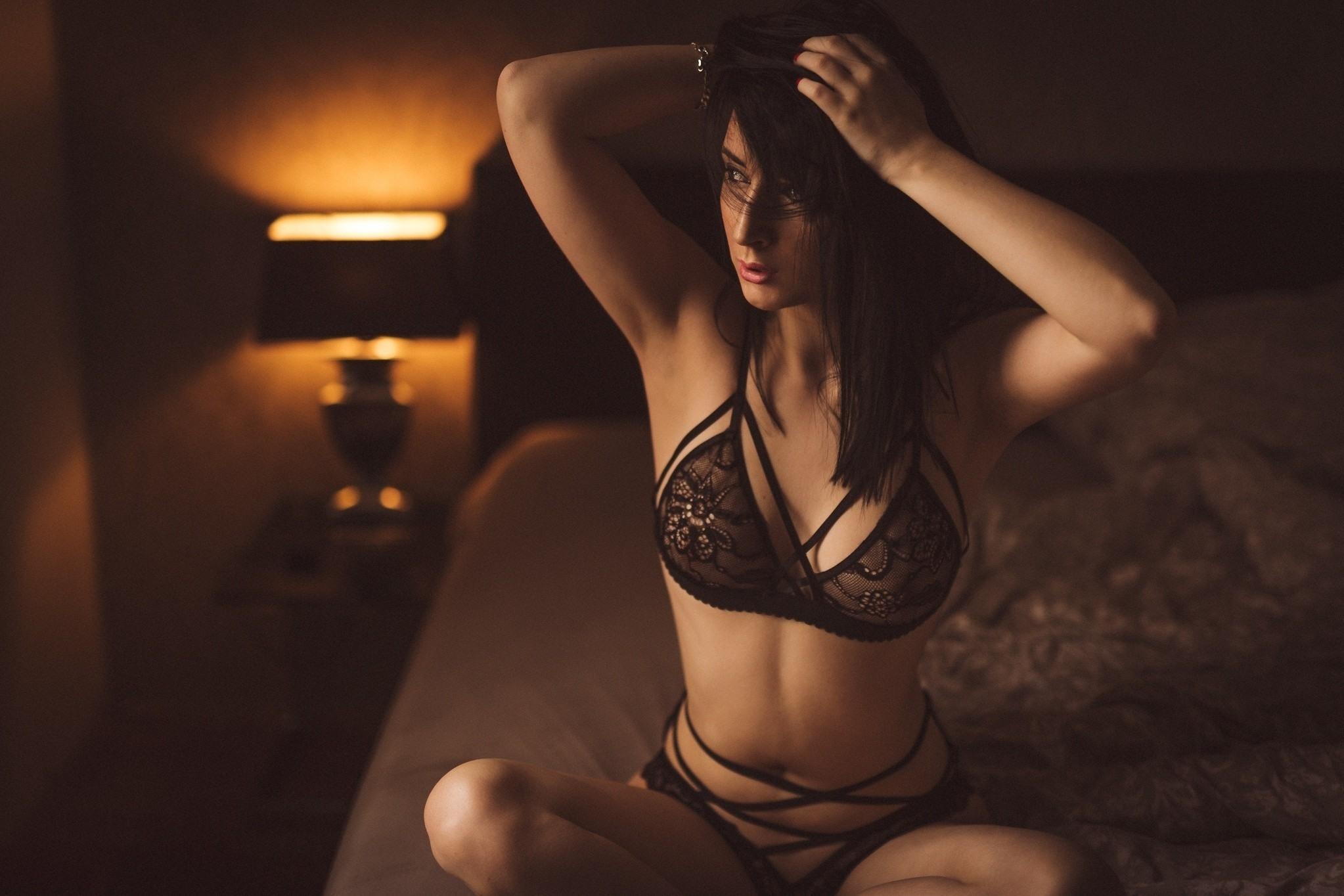 Фото Брюнетка, черный прозрачный лифчик, спальня, вечер, скачать картинку бесплатно