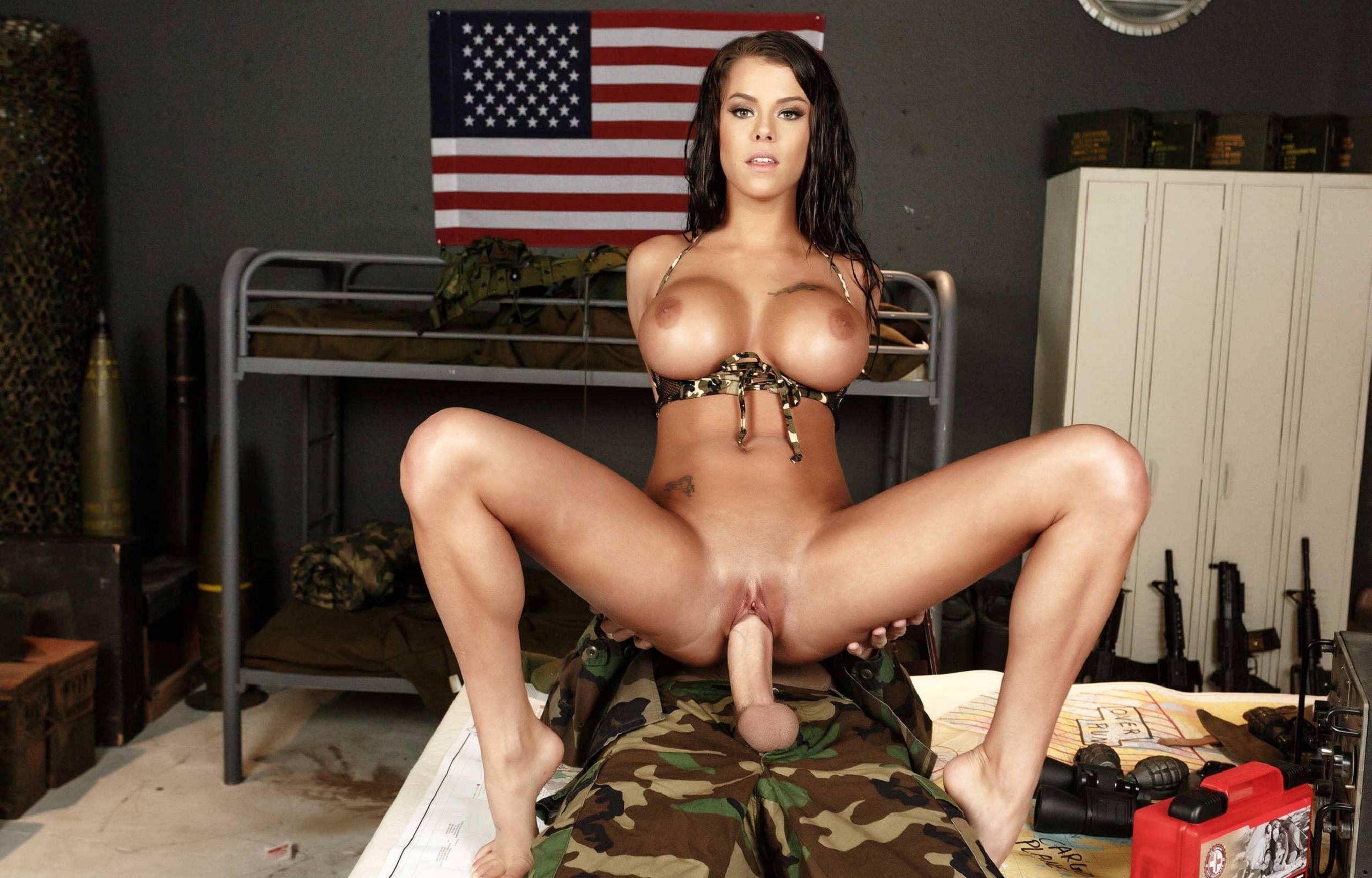 Фото Горячая брюнетка трахается с солдатом в казармах, большие круглые сиськи, секс с военным на базе США, скачать картинку бесплатно