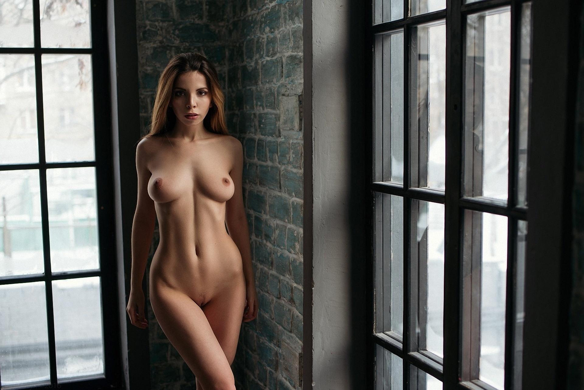 Фото Голая девушка, плоский животик, сиси, большие окна, скачать картинку бесплатно