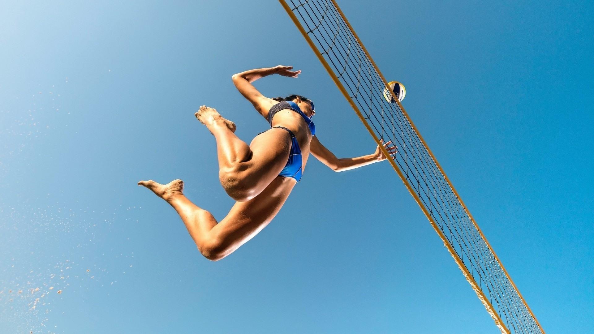 Фото Девушка в бикини, прыжок, волейбол, мяч, удар, сетка, ножки, небо, скачать картинку бесплатно