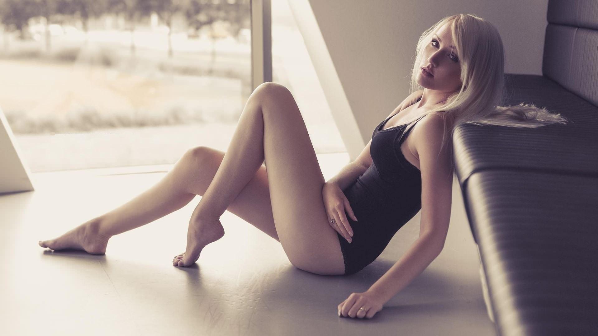 Фото Блондинка в черном купальнике на полу, сексуальные ножки, скачать картинку бесплатно