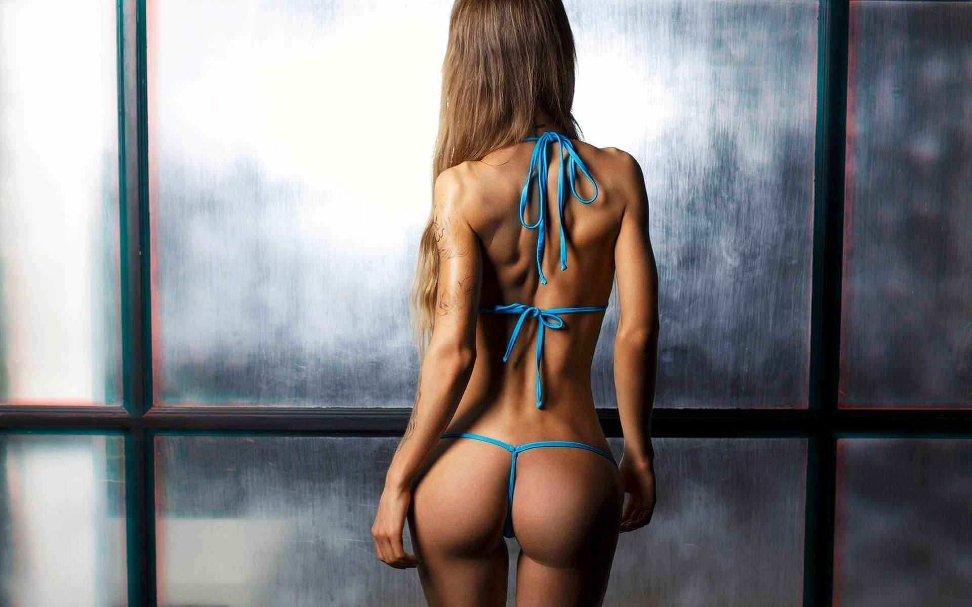 Фото Сексуальная фигура, девушка в голубом бикини, упругая попка, тату на руке, идеальное сексуальное тело, скачать картинку бесплатно