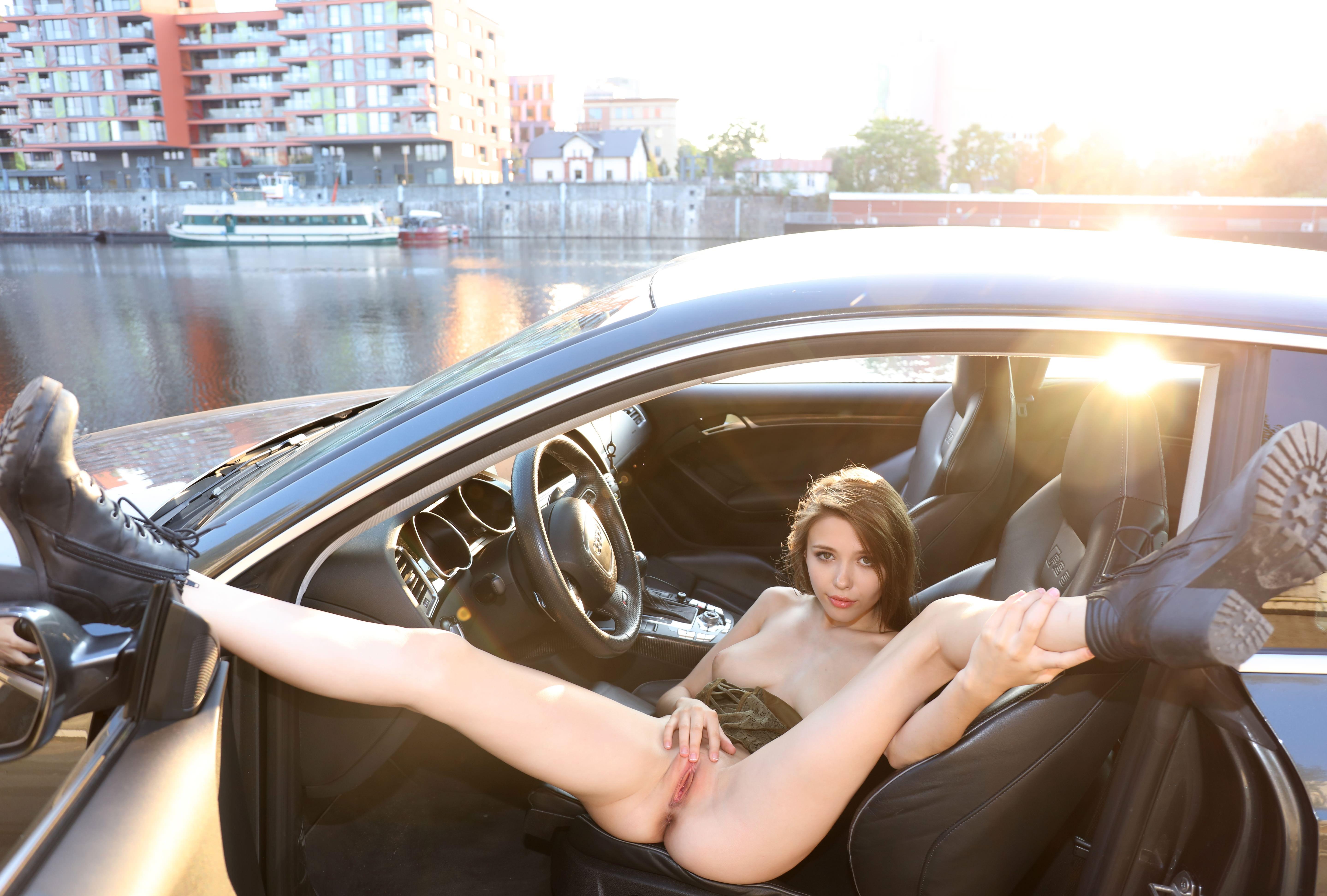 Фото Девка в берцах раздвинула широко ноги в кресле авто, показала пизду, скачать картинку бесплатно