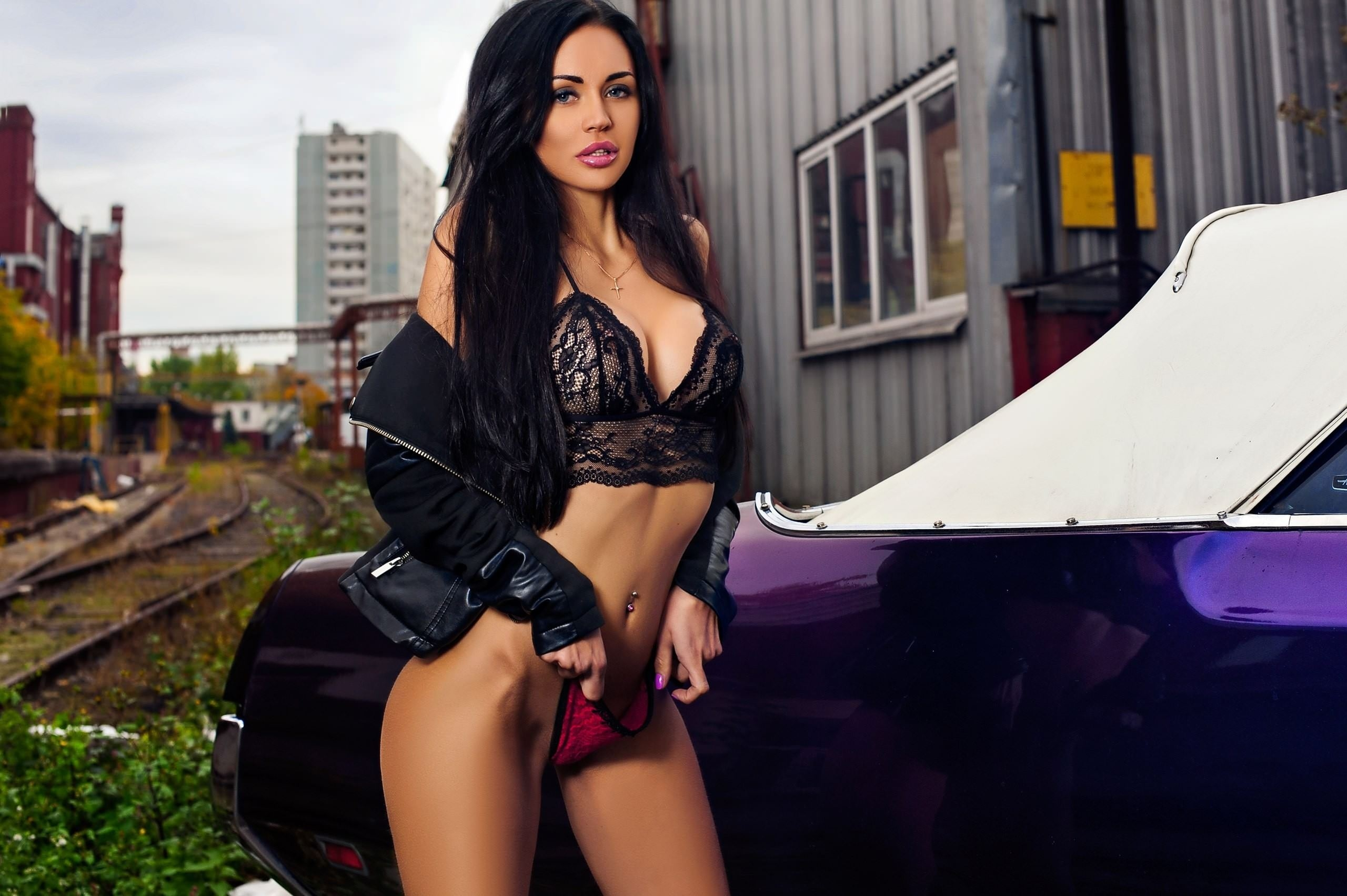 Фото Жгучая брюнетка сняла красные трусики и приложила к писе, фиолетовый масл кар, сексуальная девушка в черном лифчике и куртке возле раритетного авто, железная дорога, скачать картинку бесплатно