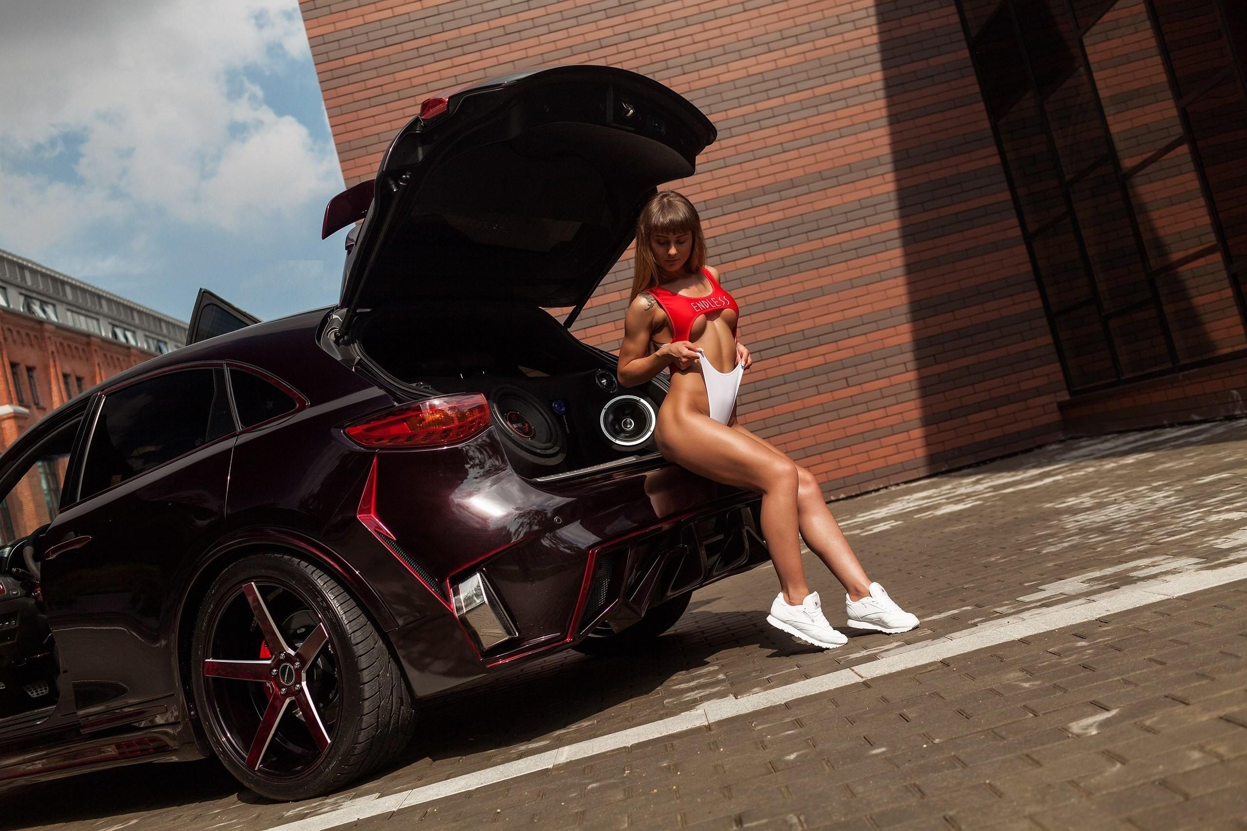 Фото Сексуальная спортивная девушка натянула трусики на себе, белые кеды, авто, тюнинг, багажник, секси, красивые накаченные ножки, красная майка, скачать картинку бесплатно