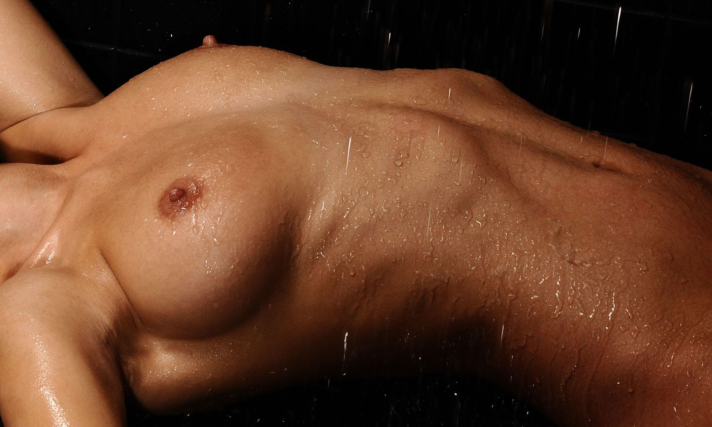 Фото Мокрые сиськи, обнаженная девушка в душе под струей воды, влажные твердые соски, скачать картинку бесплатно