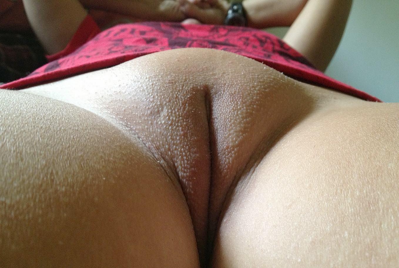 Фото Бритый лобок, набухшая пизда, персик, щелка, половые губы, вид снизу, скачать картинку бесплатно