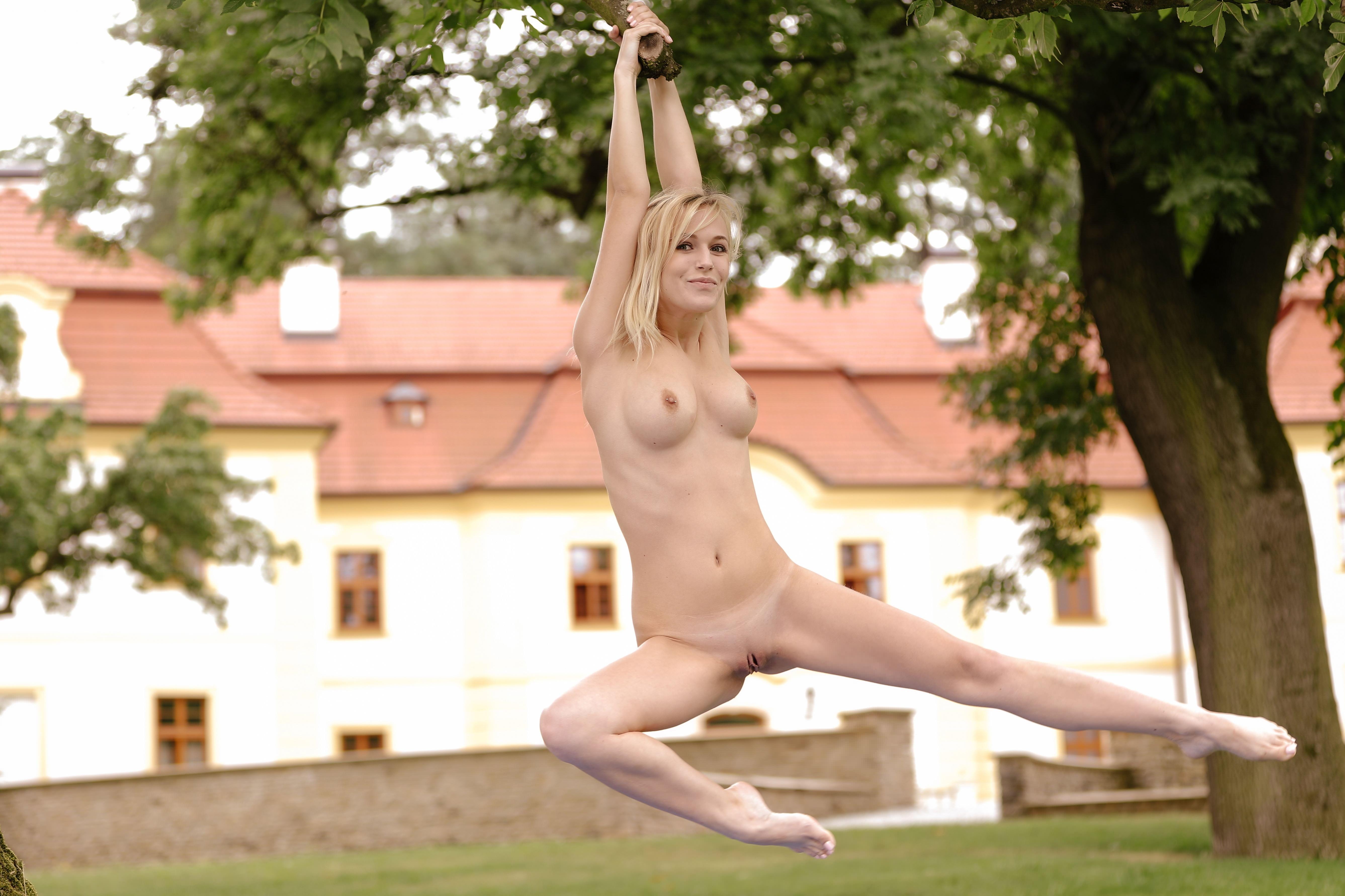 Фото Голая блондинка повисла на тарзанке, скачать картинку бесплатно