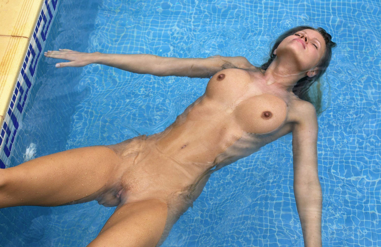 Фото Голая девчонка упала в воду на спину, мокрые сиськи, сосочки, пися в воде, скачать картинку бесплатно