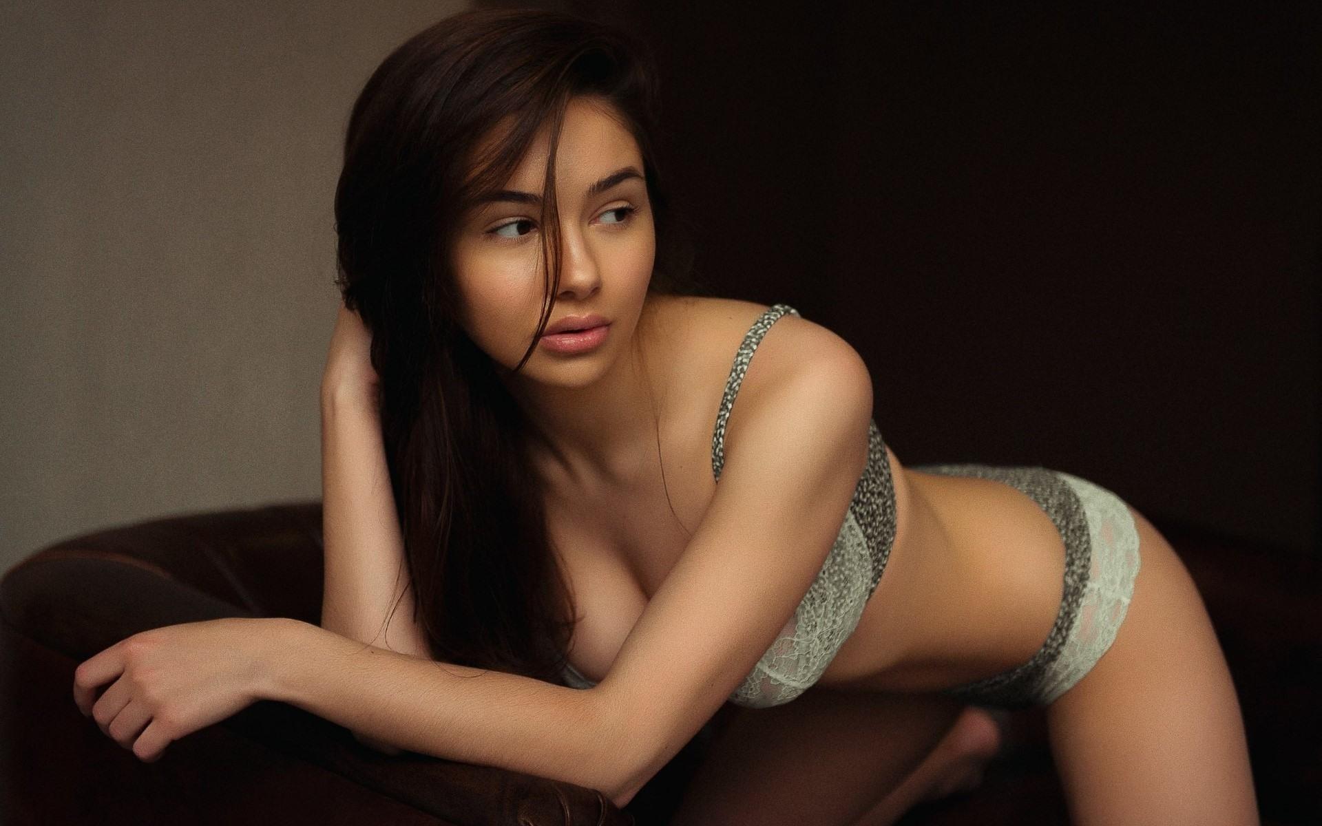 Фото Красивая девушка в светлом нижнем белье наклонилась над креслом, сладкие губки, скачать картинку бесплатно