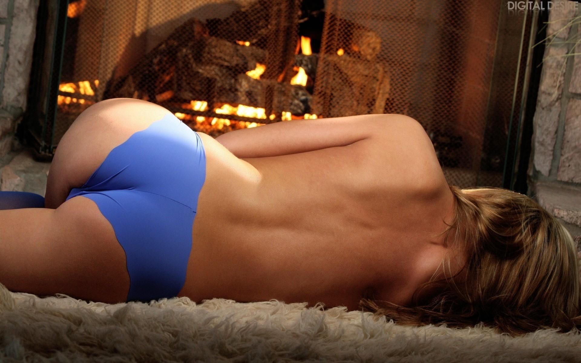 Фото Синие трусики на упругой красивой попке, девушка лежит на меховом ковре возле камина, скачать картинку бесплатно