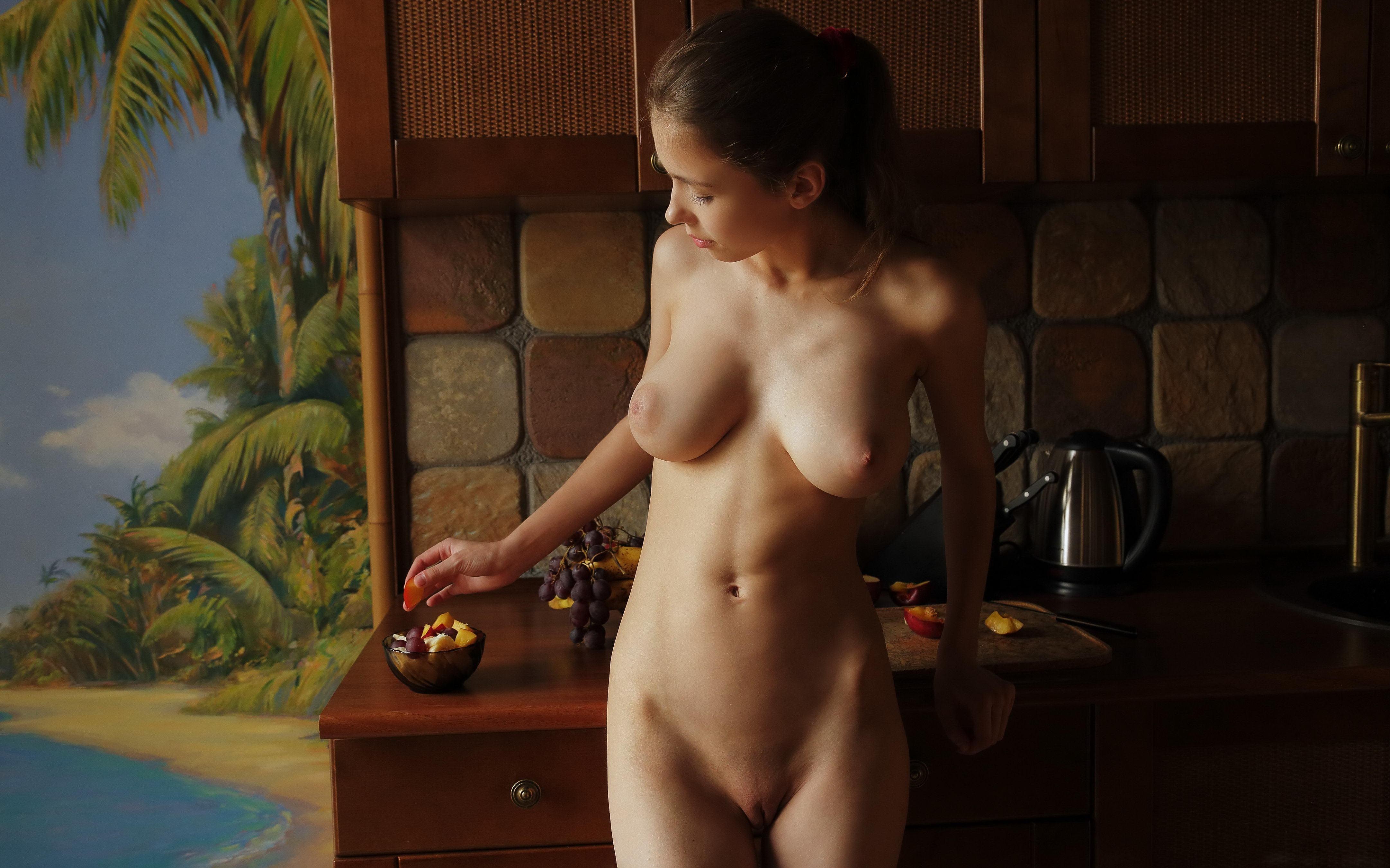 Фото Голая жена на кухне, обнаженная девушка у кухонного стола с фруктами, скачать картинку бесплатно