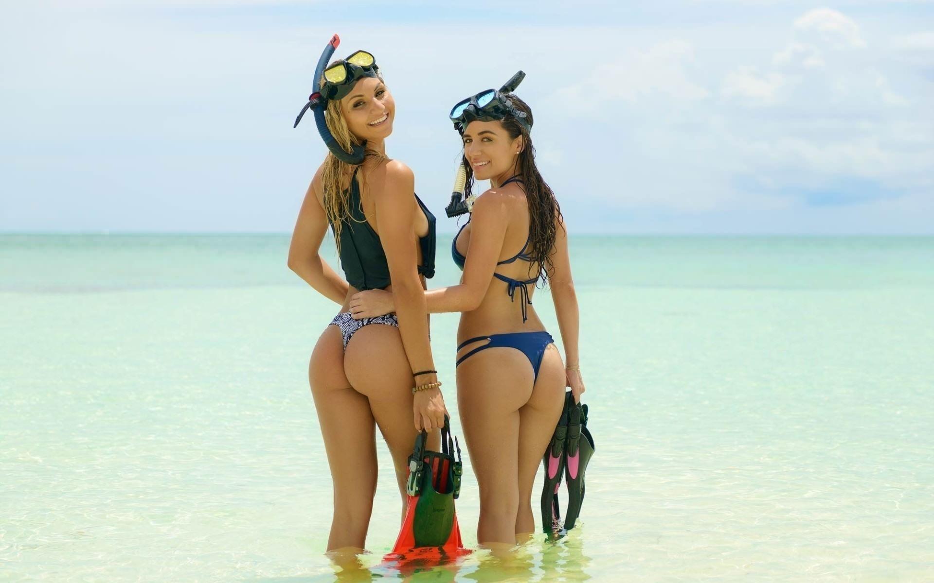 Фото Две девушки в трусиках, дайверши, по колено в воде, море, скачать картинку бесплатно