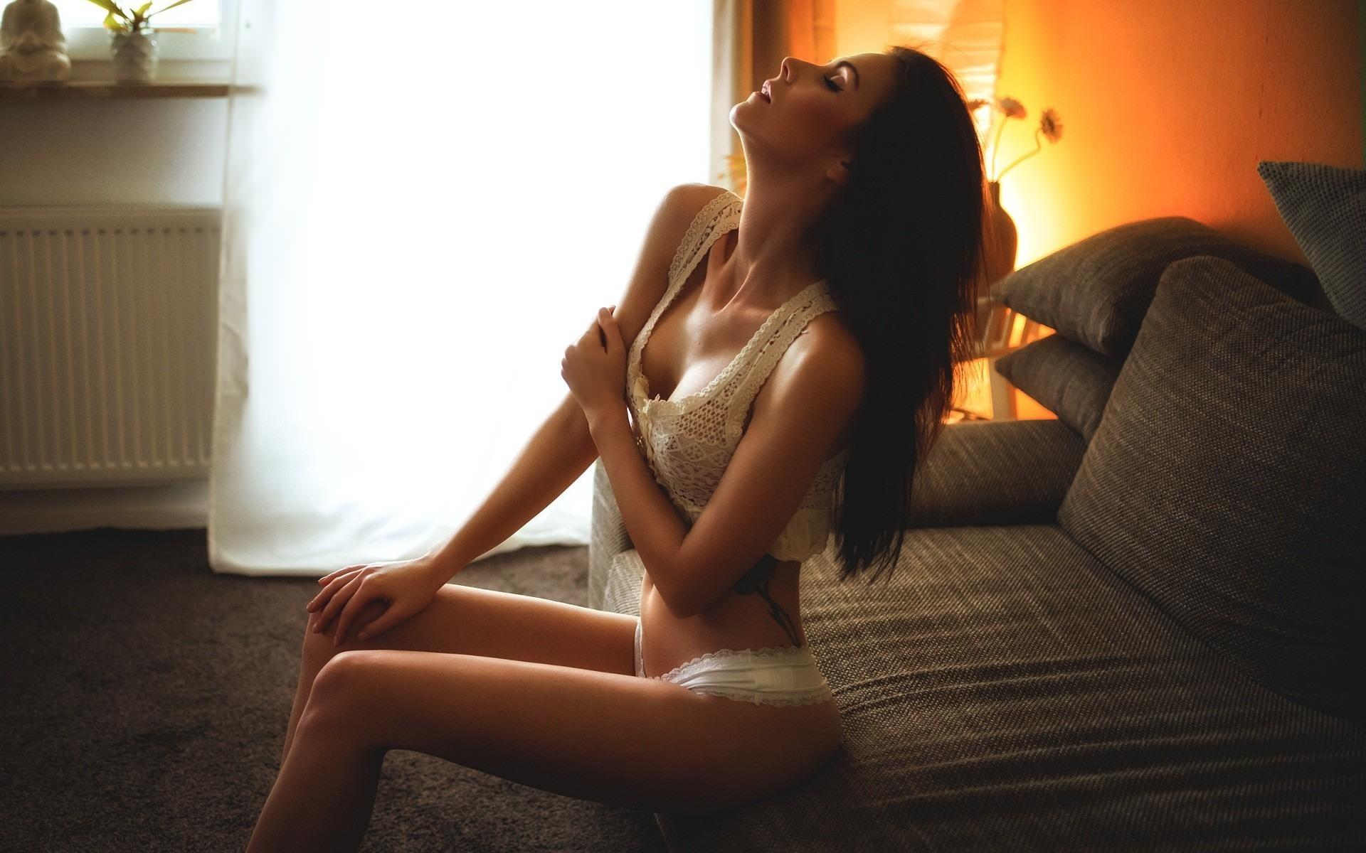 Фото Сексуальная девушка в эротическом белье, томный свет в гостиной, соблазн, скачать картинку бесплатно