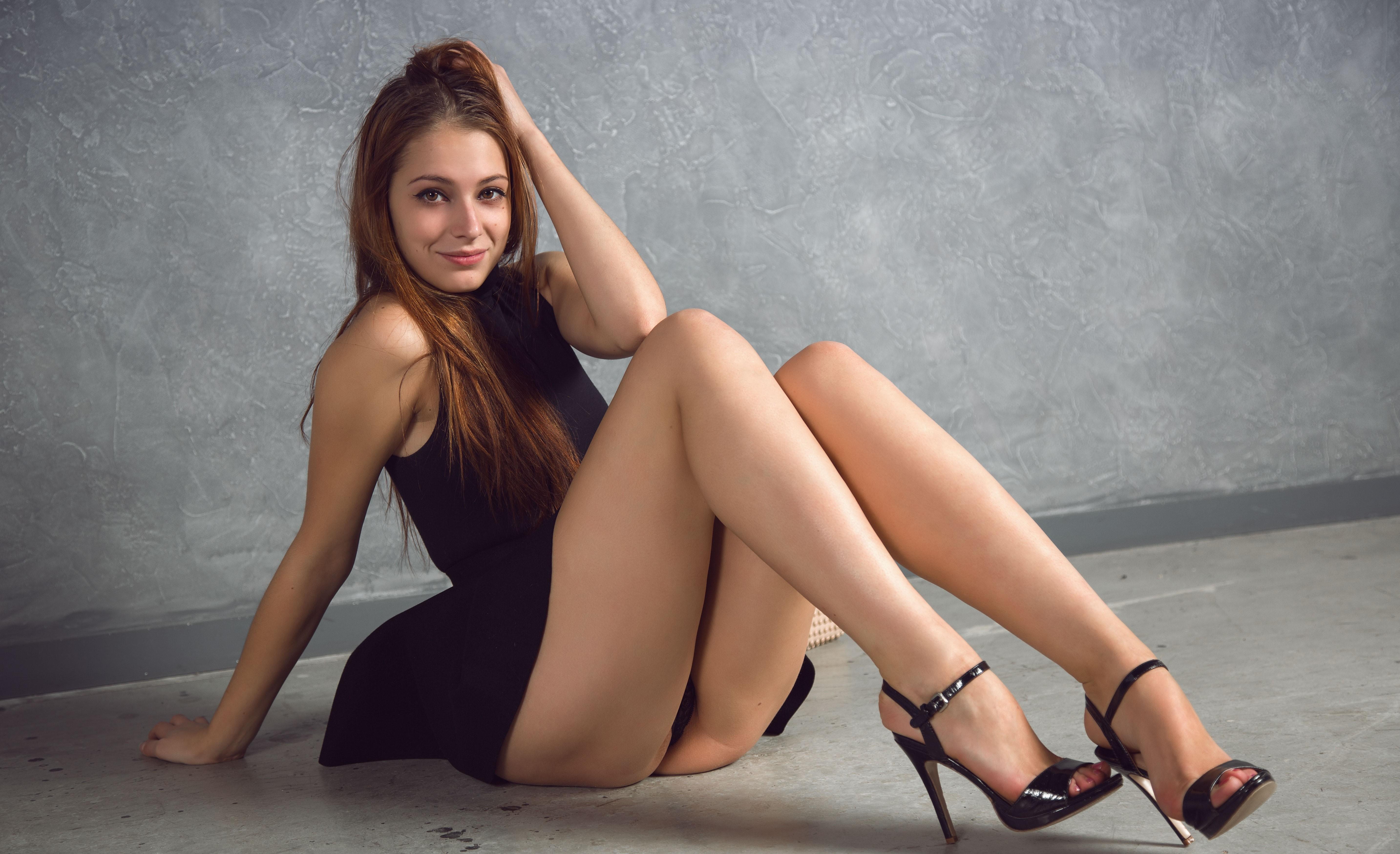Фото Девушка в черном коротком платье села на пол, сексуальные ножки, трусики видно, скачать картинку бесплатно