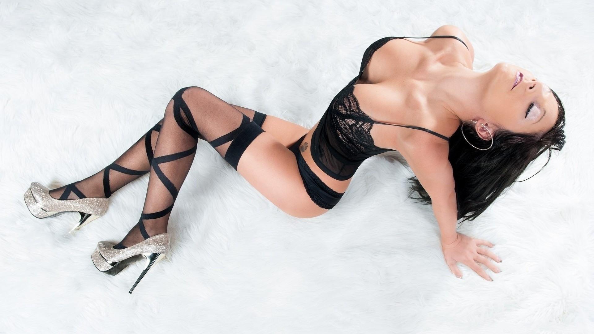 Фото Горячая брюнетка в черной ночнушке, соблазнительная грудь, полосатые чулочки, серебристые каблуки, скачать картинку бесплатно