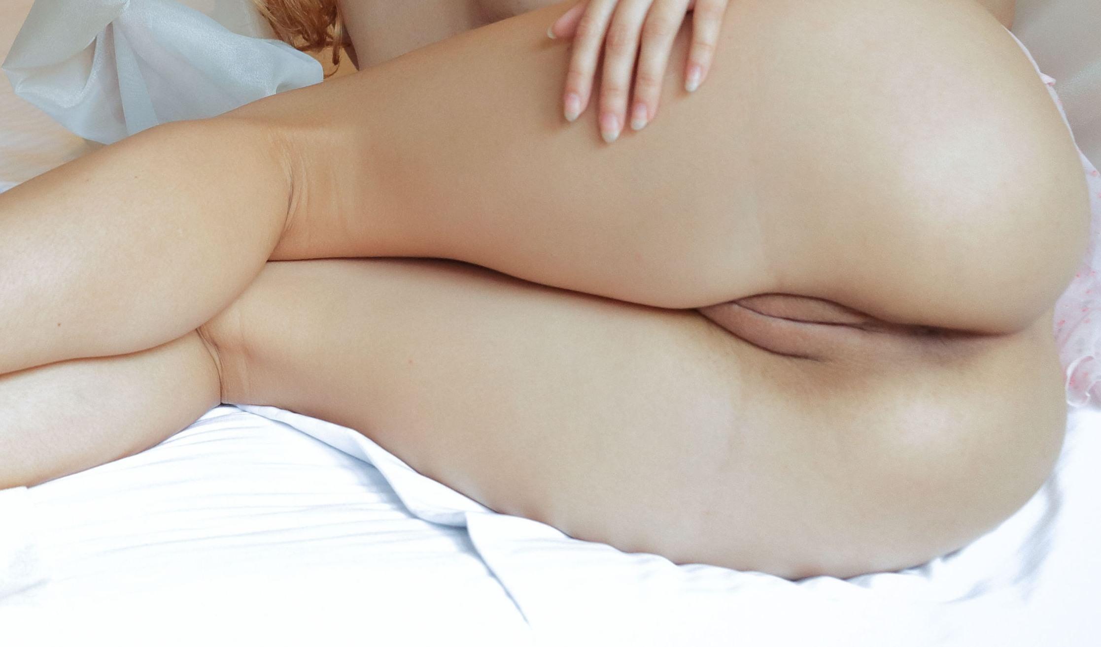 Фото Голая попка в постели, девушка без трусиков лежит боком на кровати, сексуальные ляжки, пися, булки, скачать картинку бесплатно