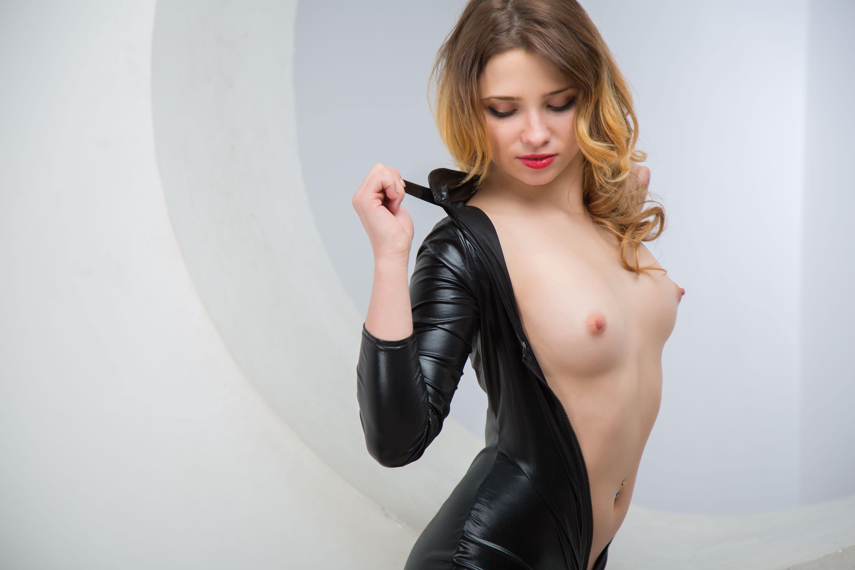 Фото Девушка снимает черный латексный костюм, скачать картинку бесплатно