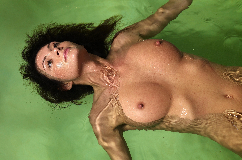 Фото Голая брюнетка купается в воде, плывет на спине, мокрые соски, скачать картинку бесплатно