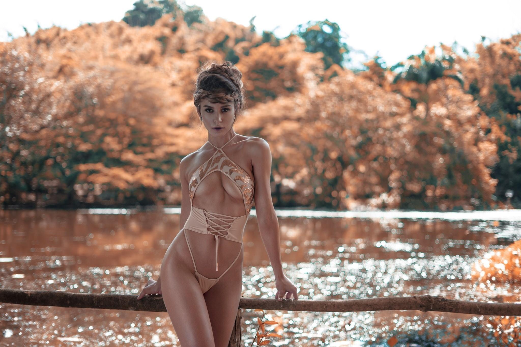 Фото Соблазнительная девушка в эротическом боде, полуобнаженная грудь, грация, озеро, скачать картинку бесплатно