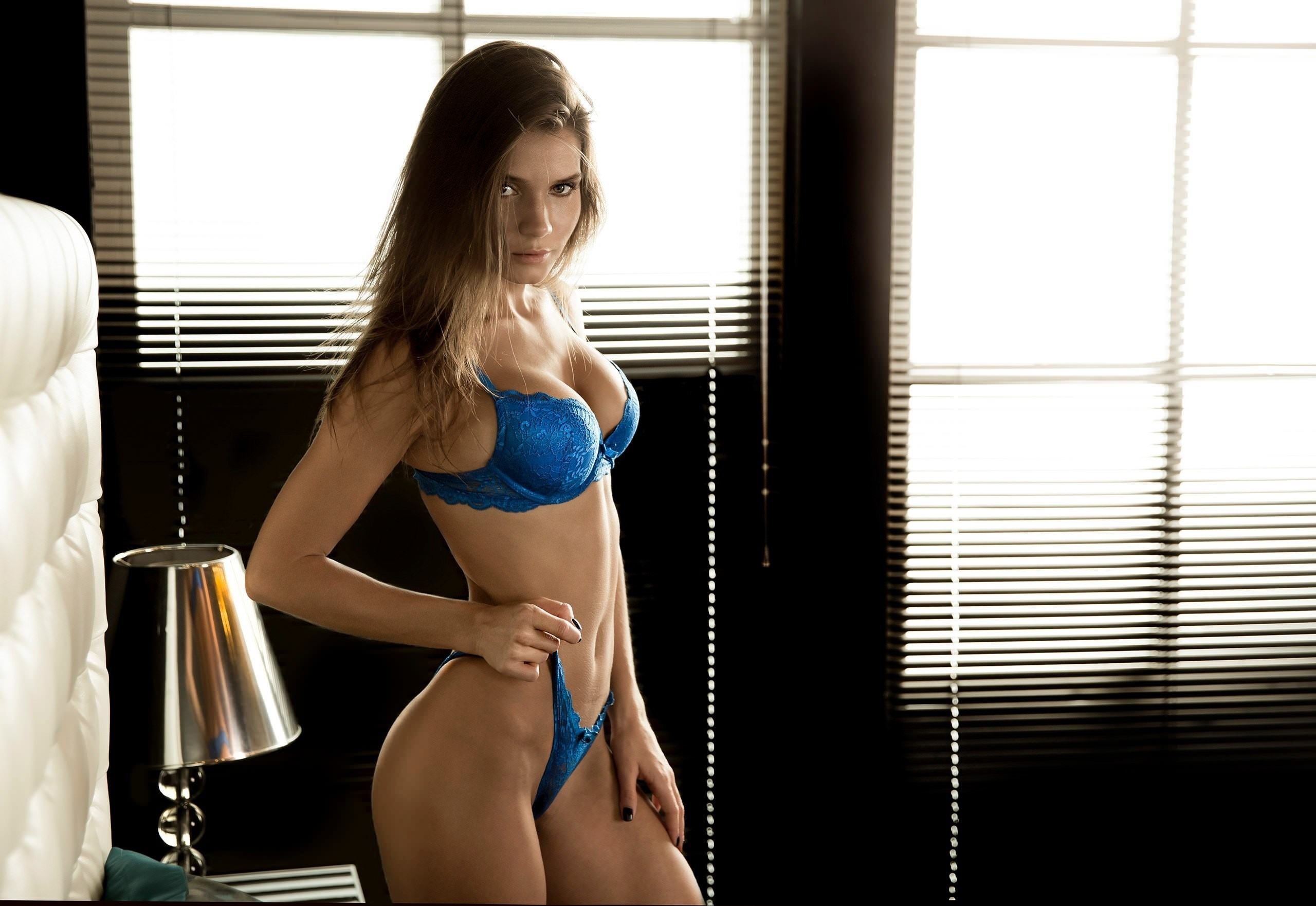 Фото Брюнетка в синем лифчике, натянула трусы, упругая грудь, отличная фигура, скачать картинку бесплатно