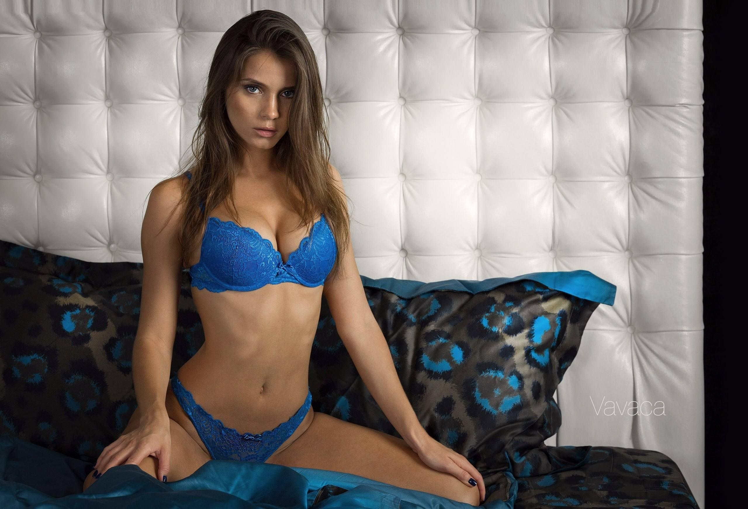 Фото Суровая брюнетка в синем лифчике, упругая грудь, отличная фигура, скачать картинку бесплатно