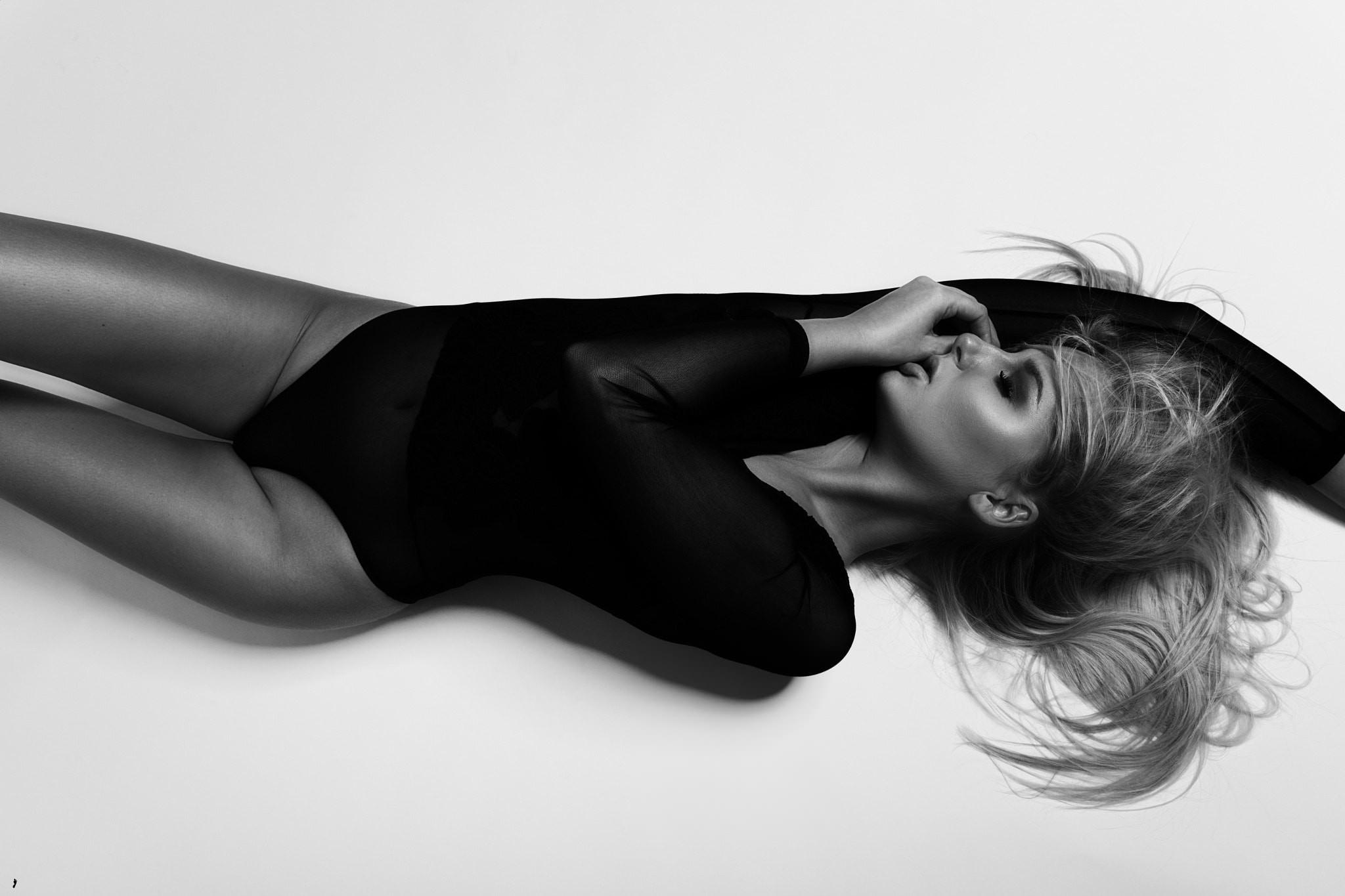Фото Девушка в черном обтягивающем боди, черно-белое эро фото, скачать картинку бесплатно