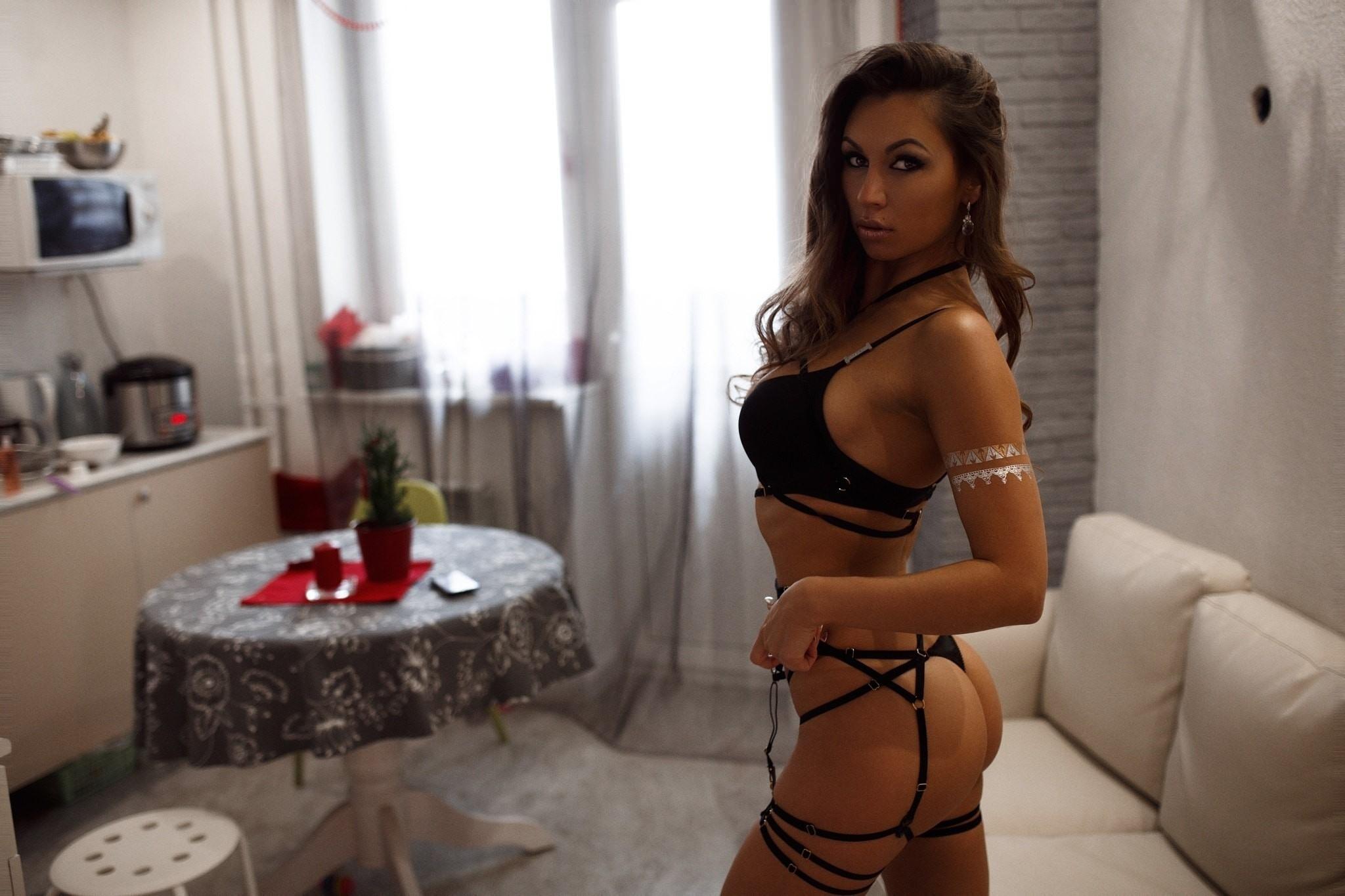Фото Горячая телочка в эротических белье и подвязках на кухне, скачать картинку бесплатно
