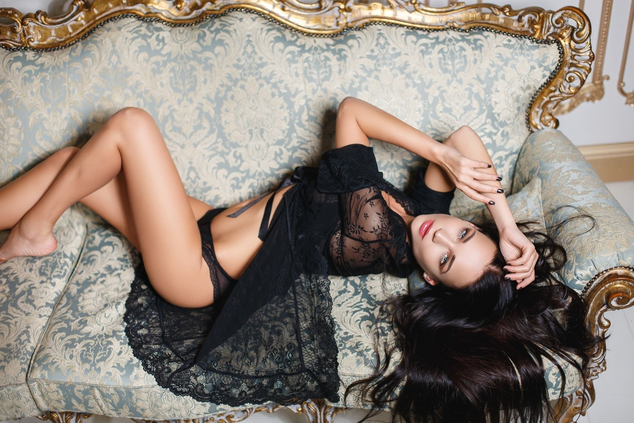 Фото Брюнетка в эротическом белье, черная ночнушка, трусики, диванчик с позолотой, красивые ножки, скачать картинку бесплатно
