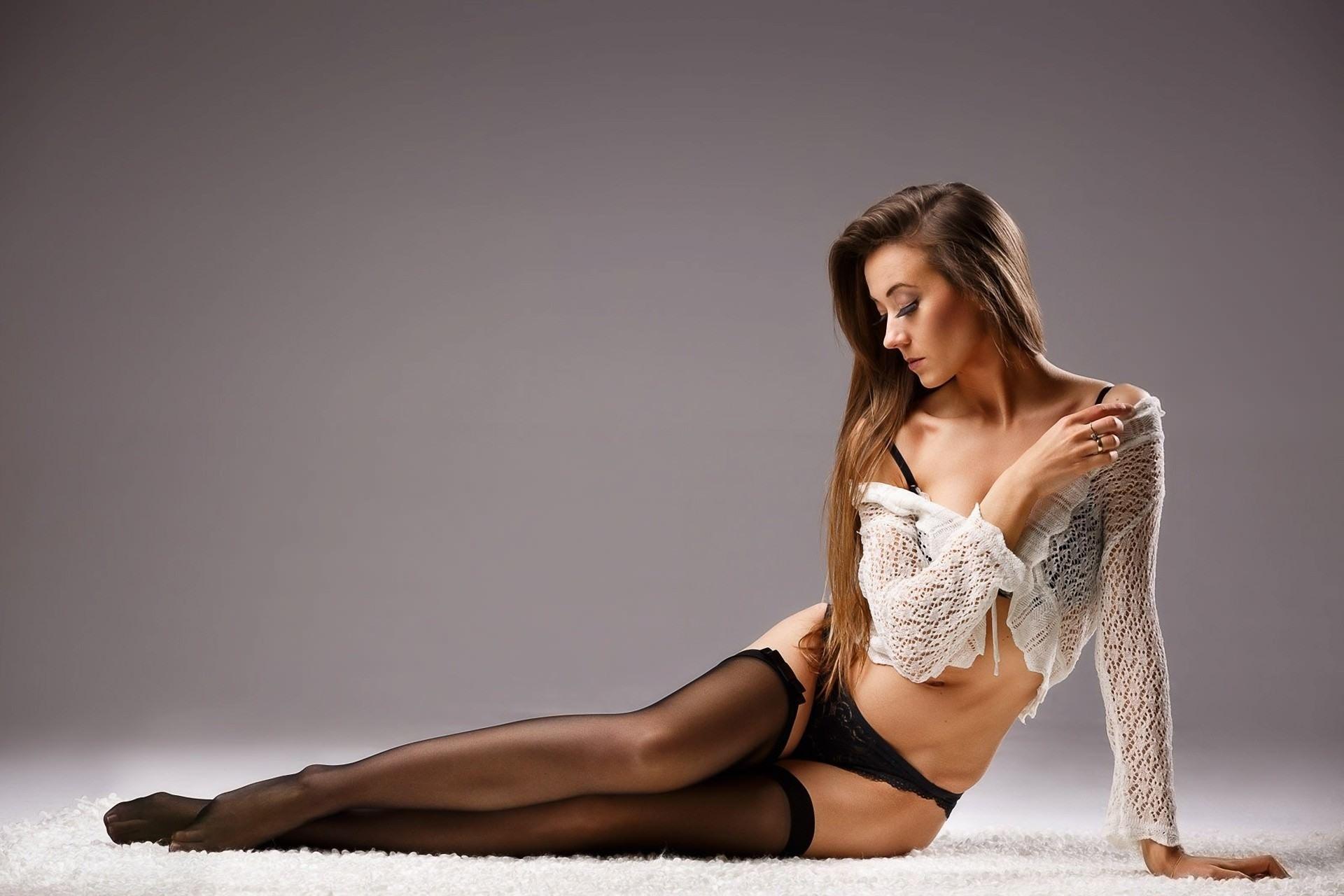 Фото Сексуальная девушка в чулочках, белая кофточка, нежные ножки, черные трусики, соблазн на меховом ковре, скачать картинку бесплатно