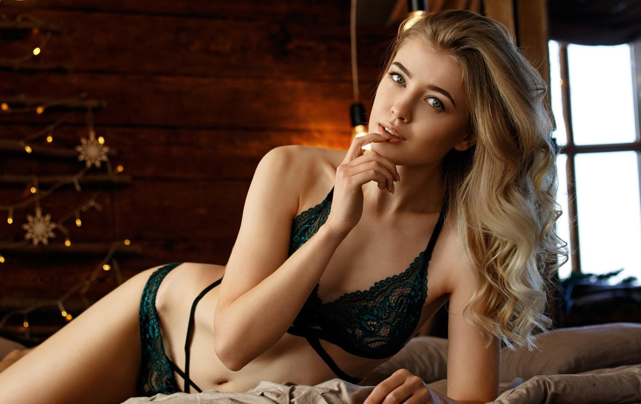 Фото Сексапильная блондинка в темном кружевном белье, постель, загородный домик, скачать картинку бесплатно