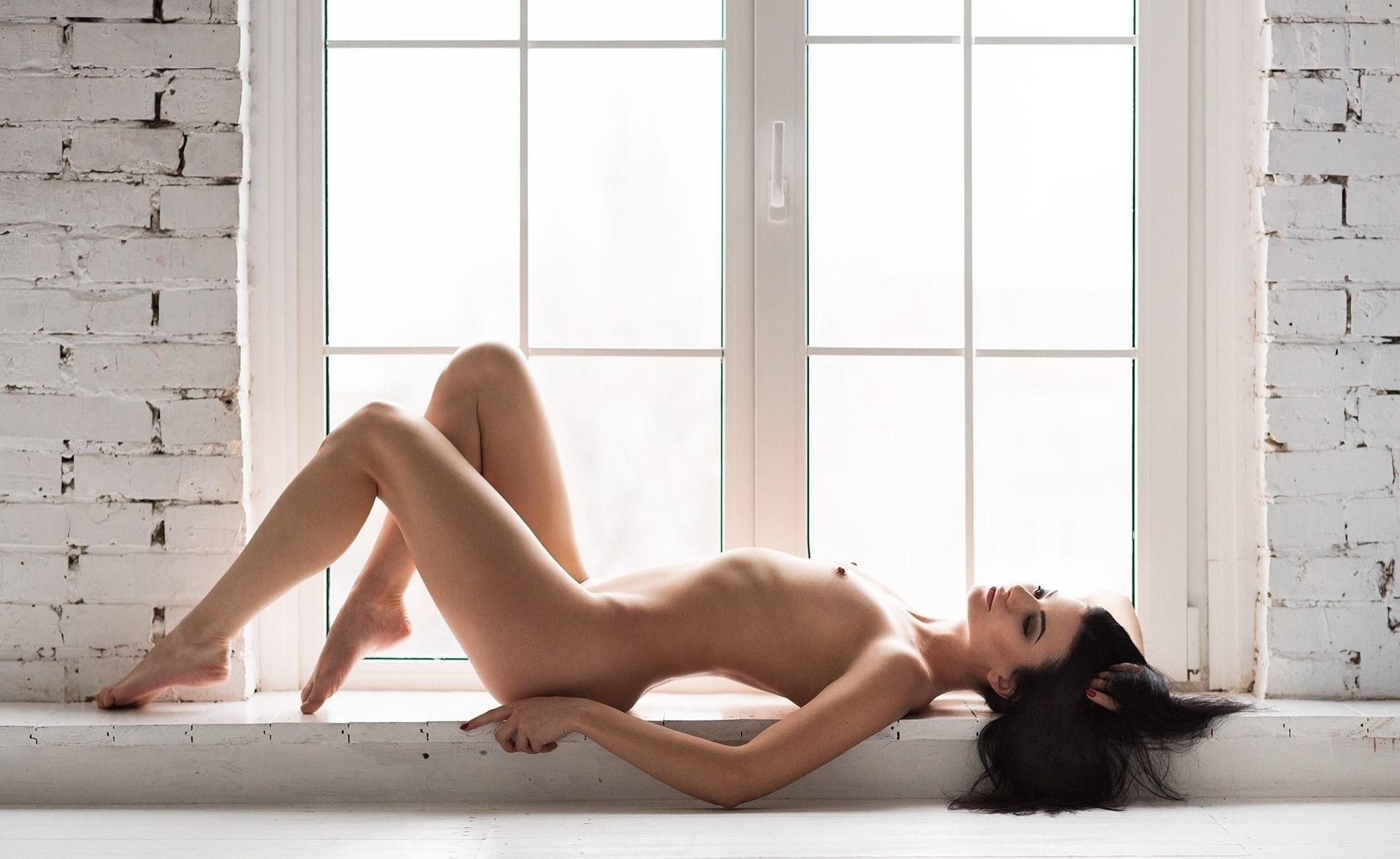 Фото Обнаженная девушка у окна, сексуальное красивое тело, твердые сосочки, скачать картинку бесплатно