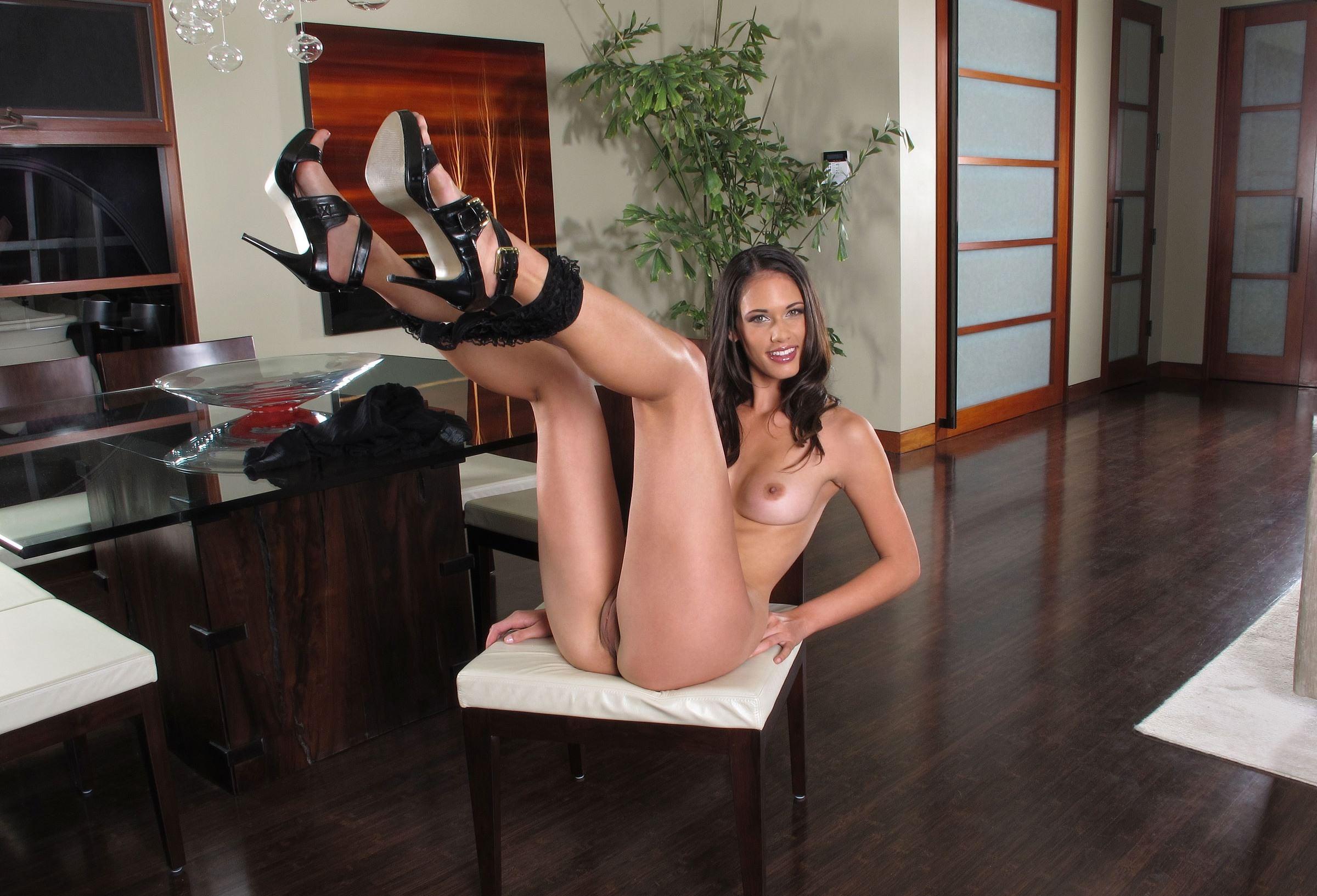 Фото Голая девушка легла на стул и подняла ноги, трусы висят на ногах, похотливая сучка, скачать картинку бесплатно