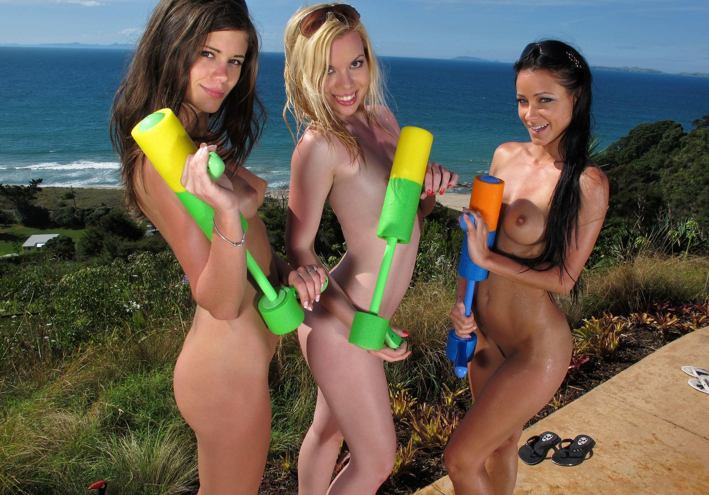Фото Три веселые подружки взяли водные пистолеты и разделись до гола у моря, скачать картинку бесплатно