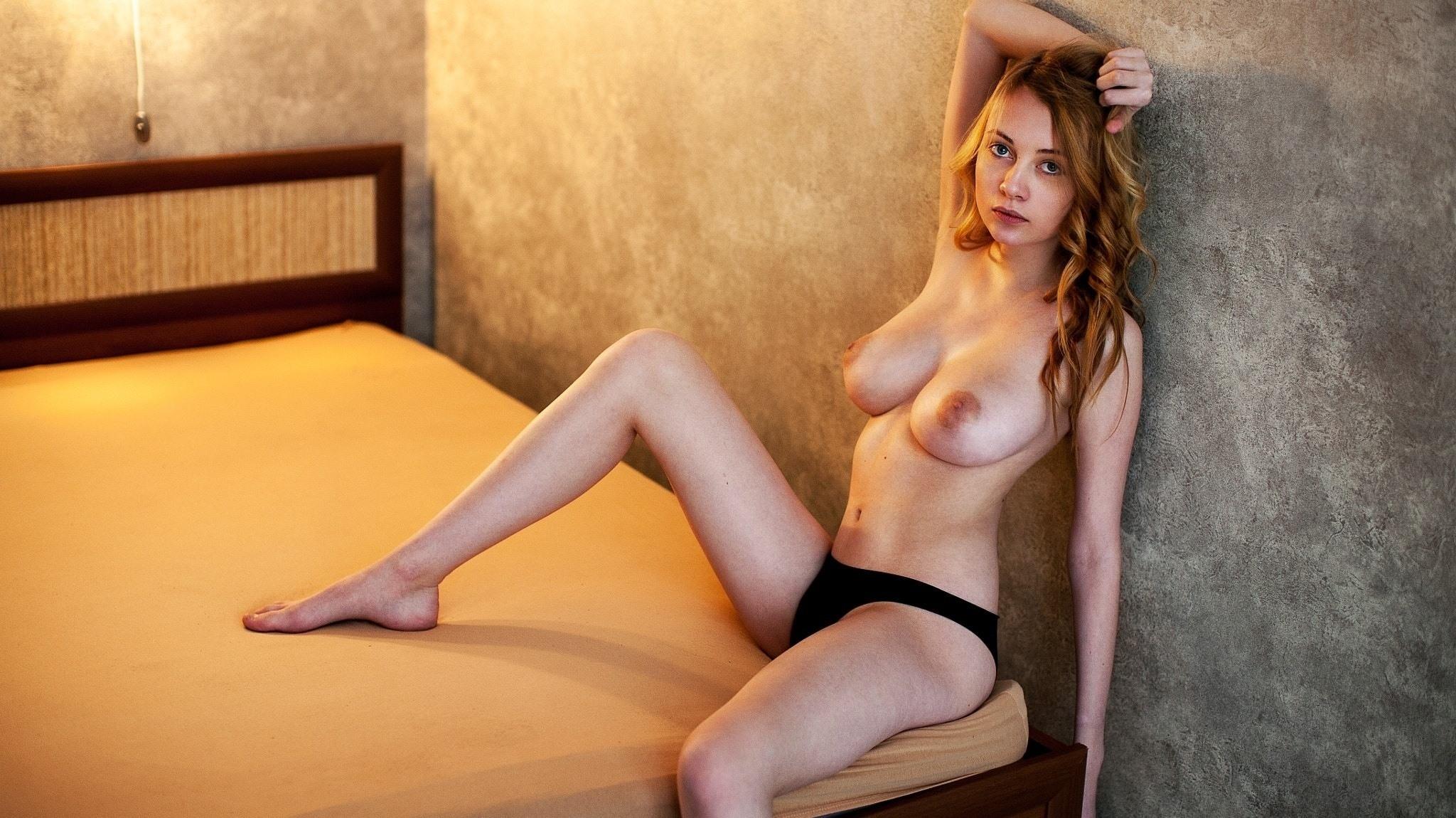 Фото Рыжеволосая девушка в черных трусиках, голые сиськи, сочные соски, постель, скачать картинку бесплатно