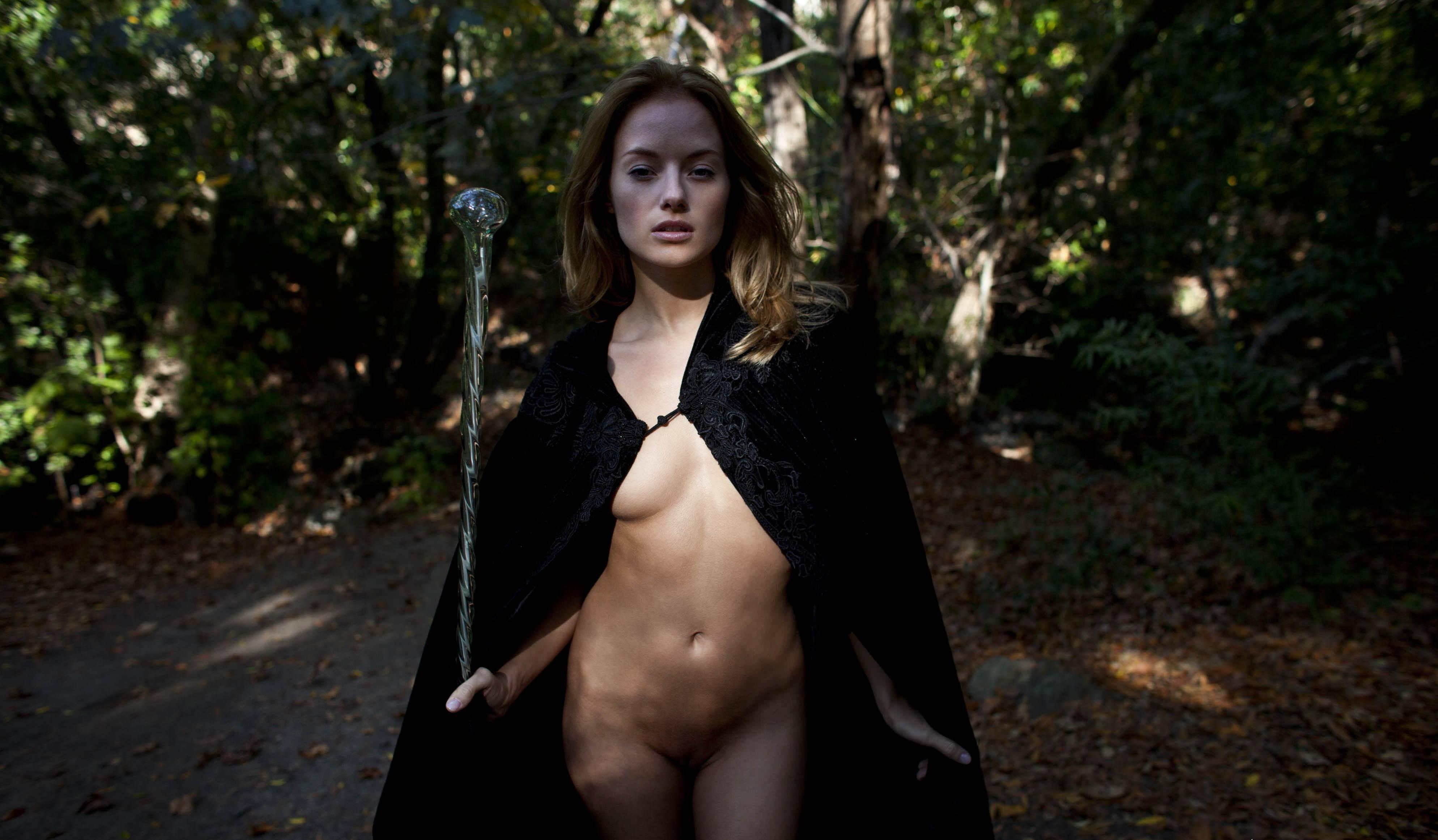 Фото Обнаженная волшебница в черном плаще, посох, лес, скачать картинку бесплатно