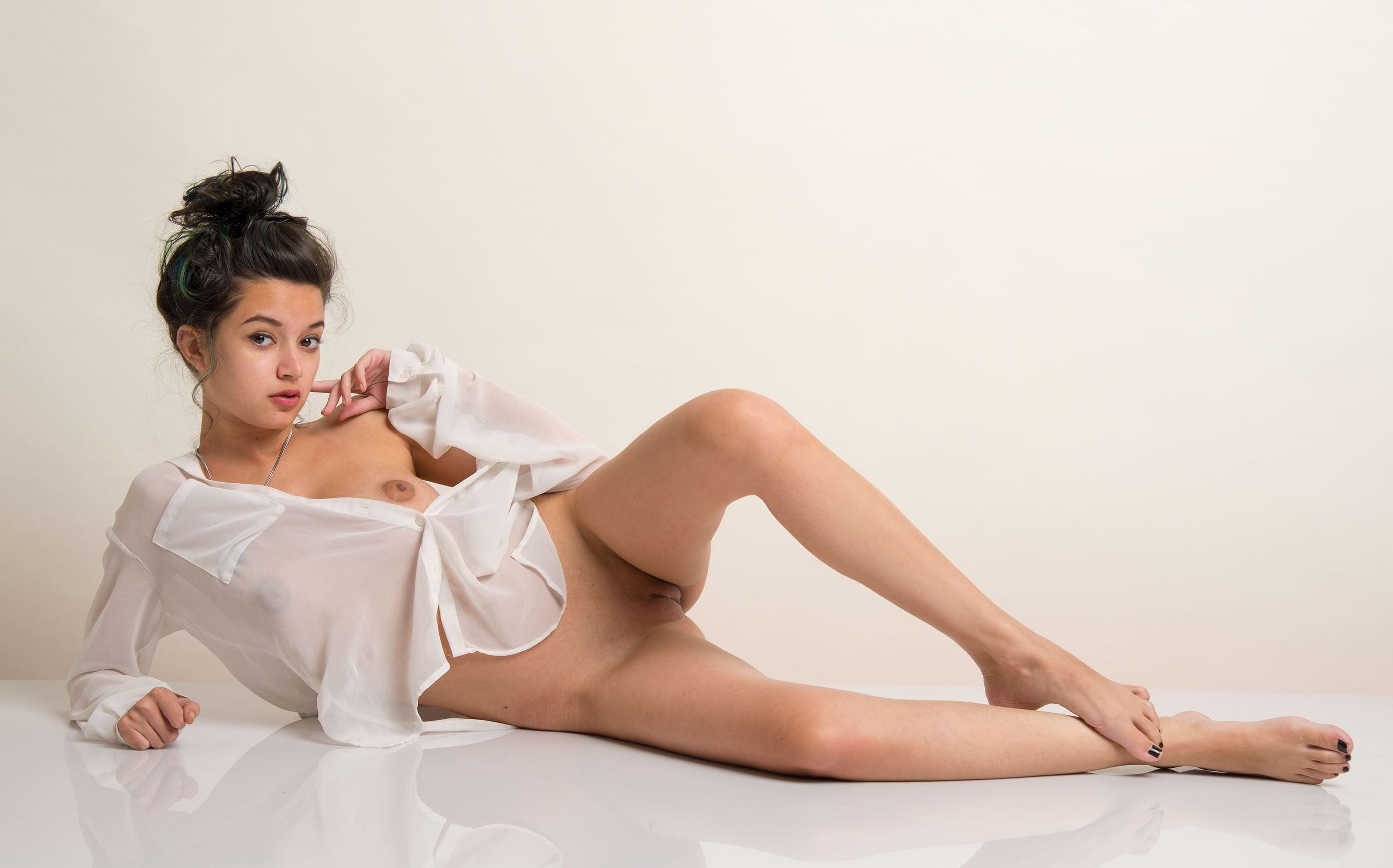 Фото Соблазнительная девчонка в белой рубахе, нежные ножки, голая пися, пол, скачать картинку бесплатно