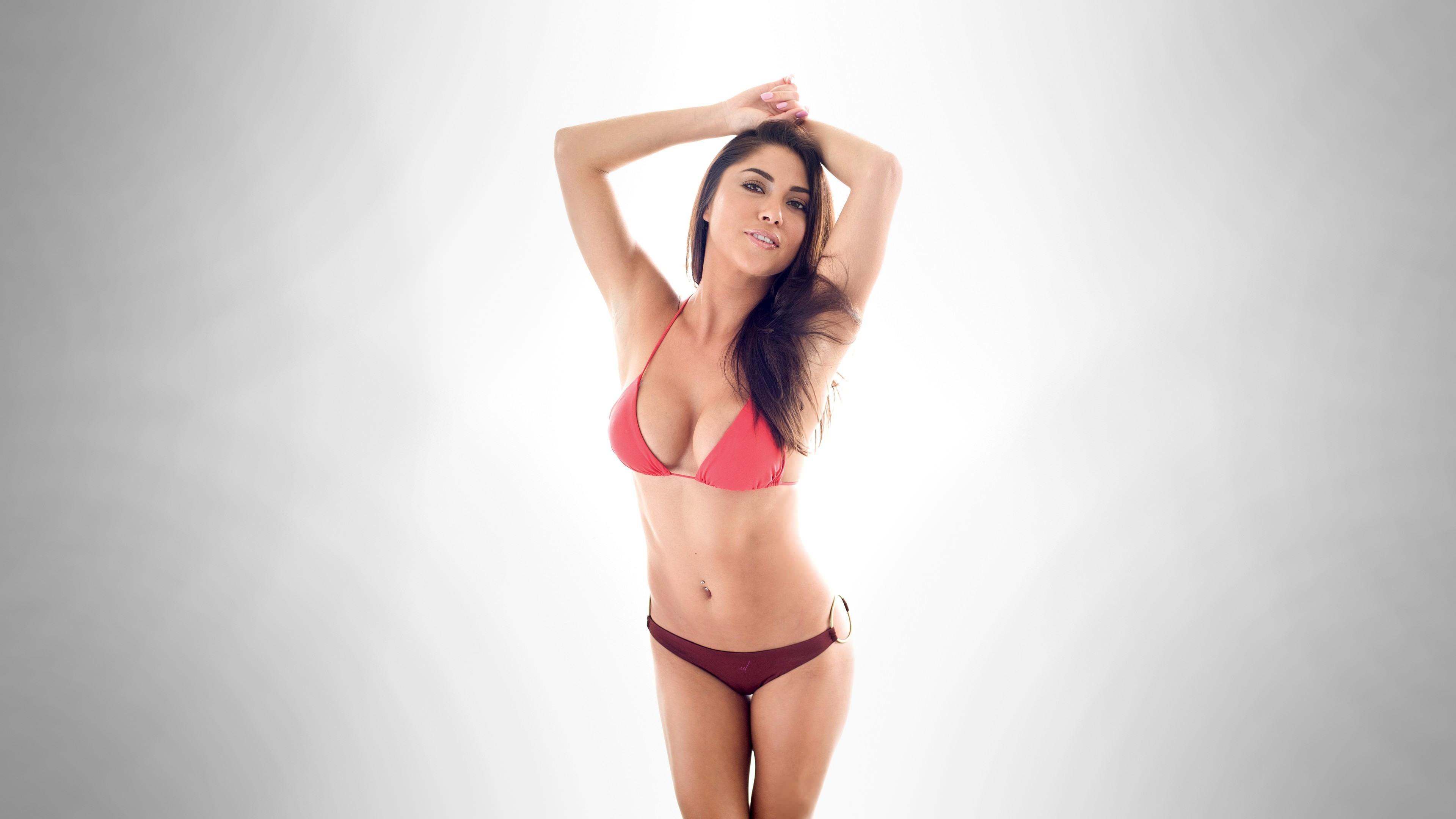 Фото Девушка в розовом лифчике, грудь третьего размера, скачать картинку бесплатно