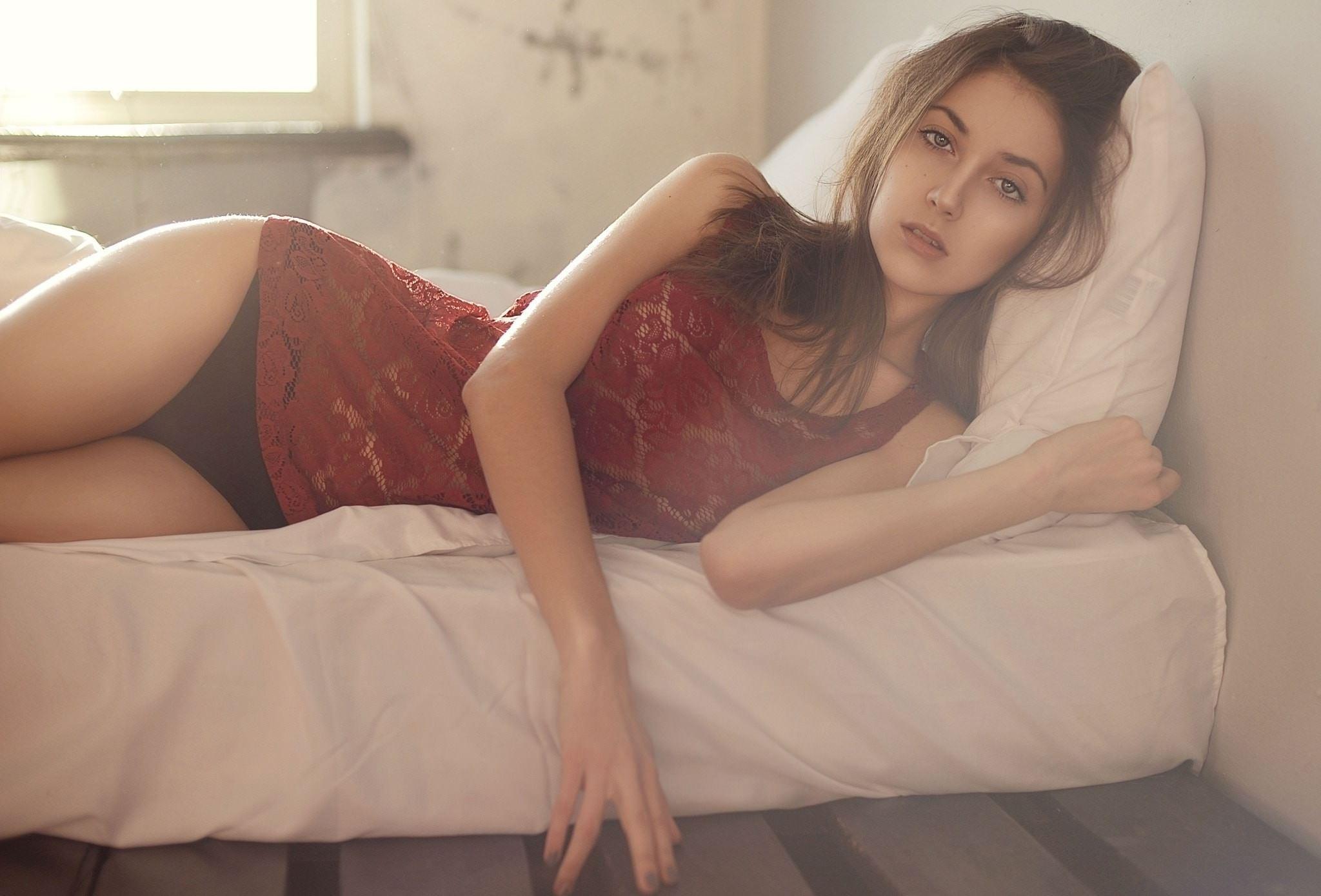 Фото Девушка в бордовой ночнушке и черных трусиках в постели, утро, скачать картинку бесплатно