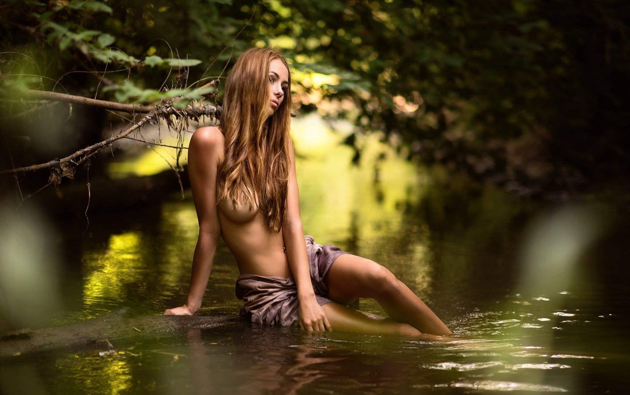 Фото Девушка в воде, река, зелень, мокрые ножки, длинные намокшие волосы скрывают обнаженную грудь, скачать картинку бесплатно